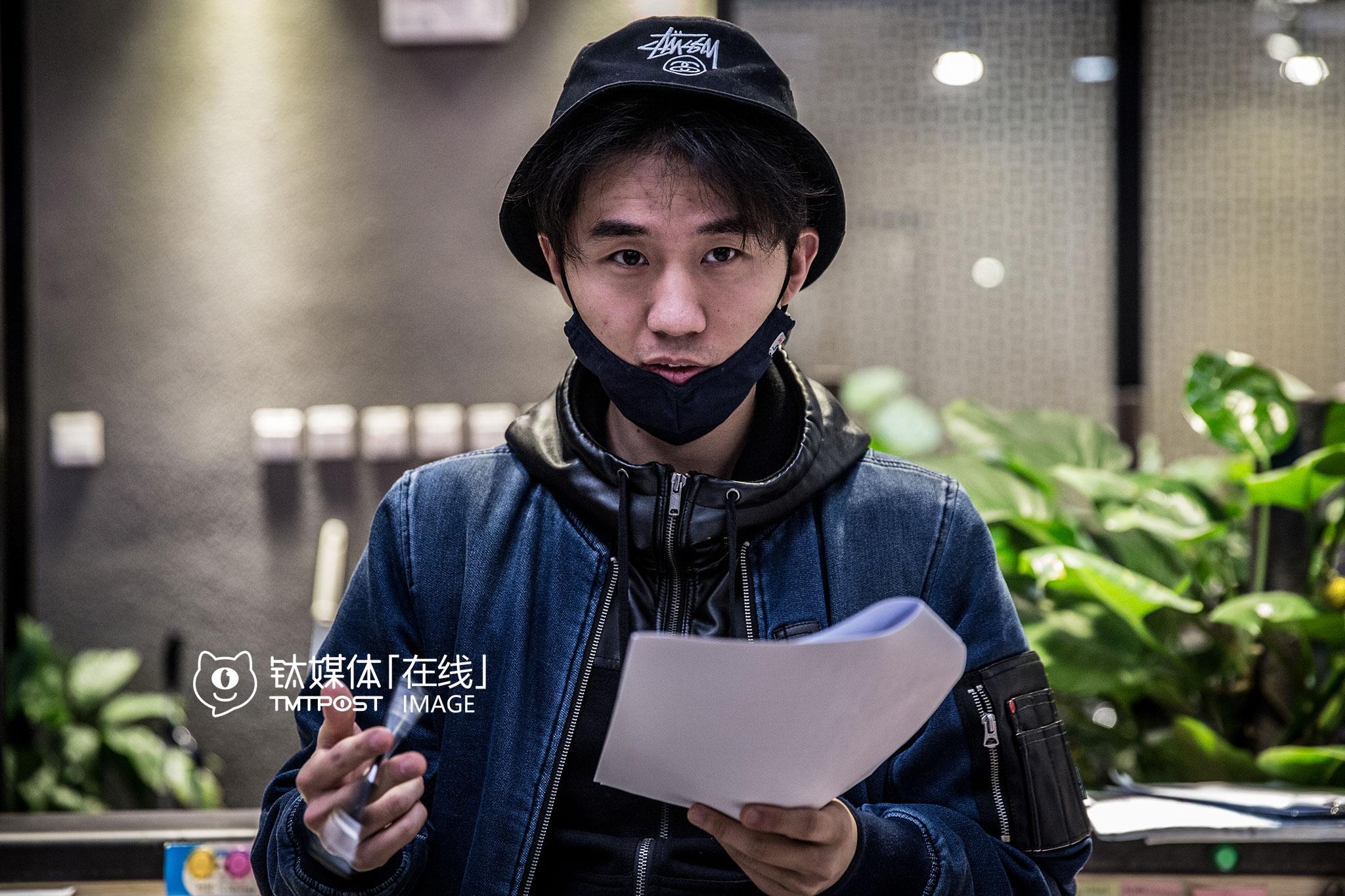 开拍前,刘循子墨再次熟悉剧本。