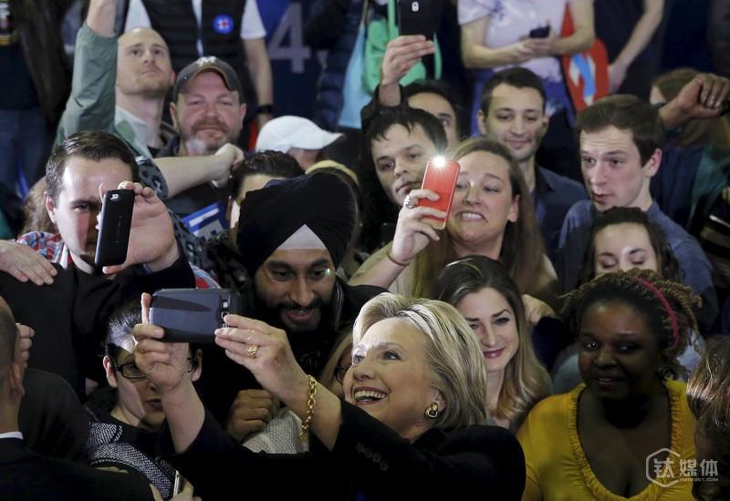 希拉里赴威斯康星州竞选与支持者自拍