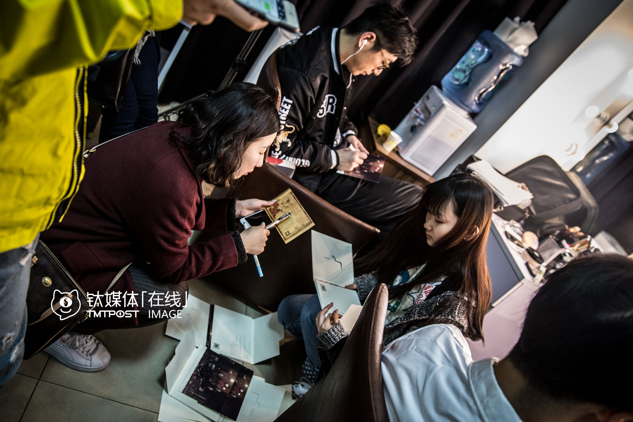 During the makeup session, Bai Ke, one of Boss's leads, was signing on UniMedia's cards, which would be sent to some lucky fans.