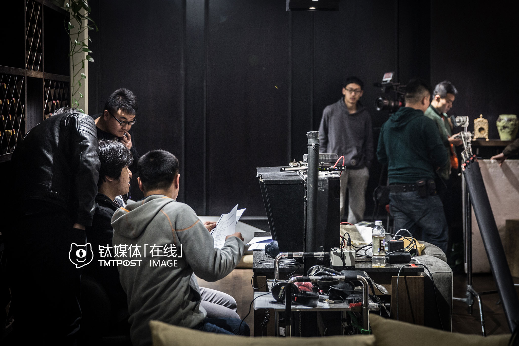 In the morning, the first scene was filmed at a furniture mall in Beijing. Everyone in Boss season two's cast was born in the 90s. The whole filming experience is a great learning opportunity for them.