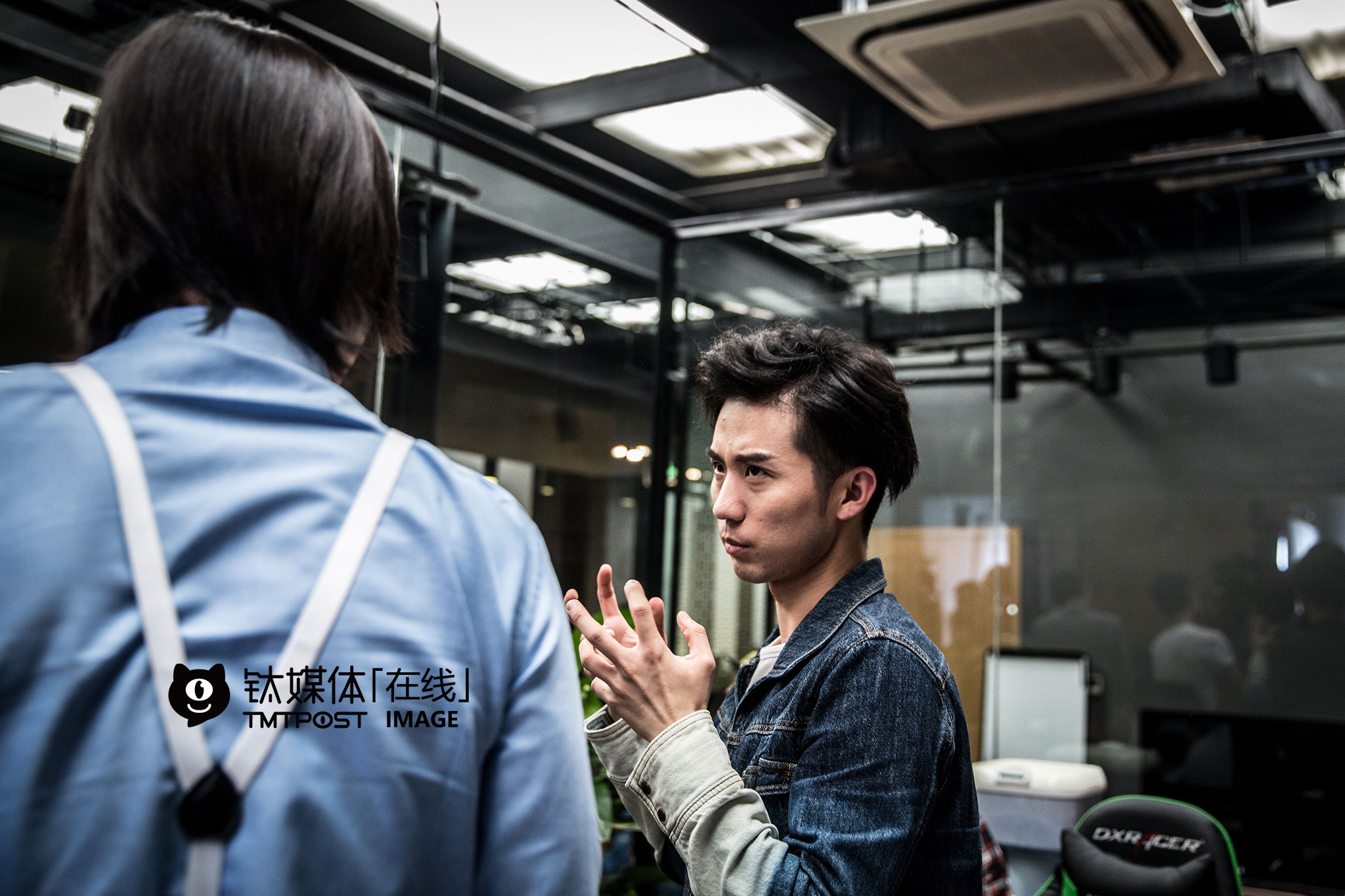 At the filming site, Liu Xunzimo was discussing with the boss, played by Zhang Benyu, about the performance of the characters.