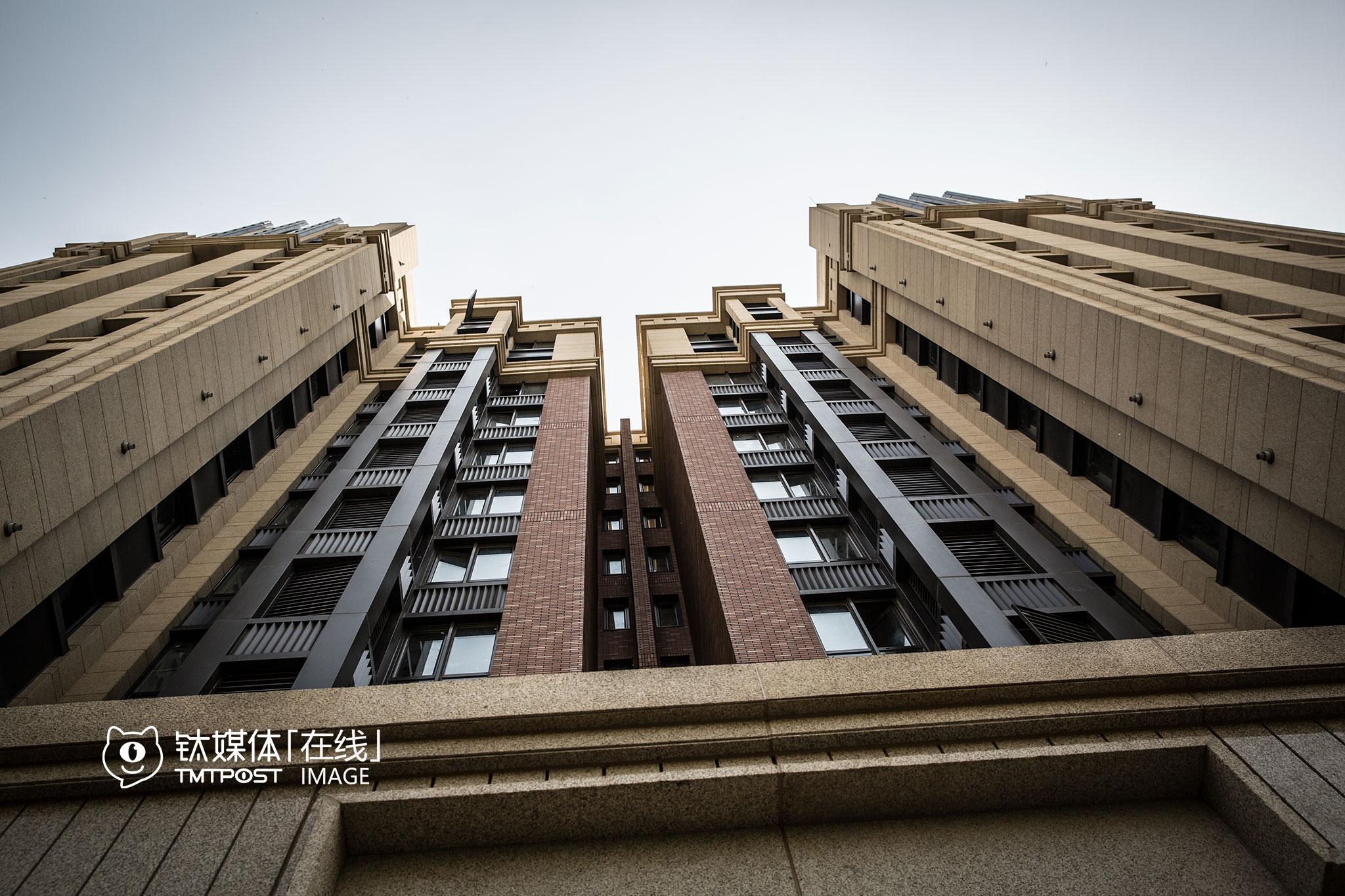 距离上地地铁站2公里,某精装修楼盘,开盘价预计在9万元左右,而这里的房价,10年前为8000元每平。