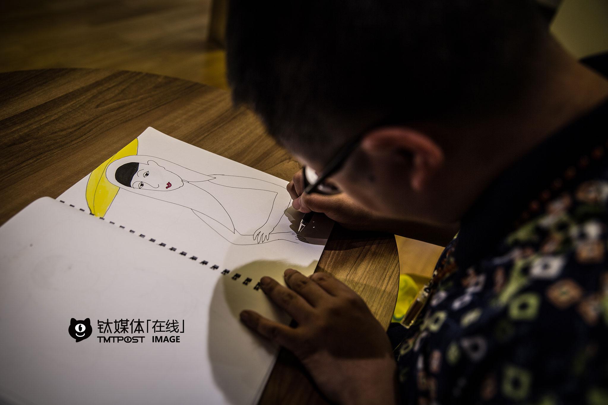 """试镜结束后,他找了个地方开始继续画画。这是一套福建惠安女的画,吴建辉已经画了快半年,""""画这方面的人不多,等我画得差不多了,我想找找当地的合作,一起来推广民俗文化。"""""""