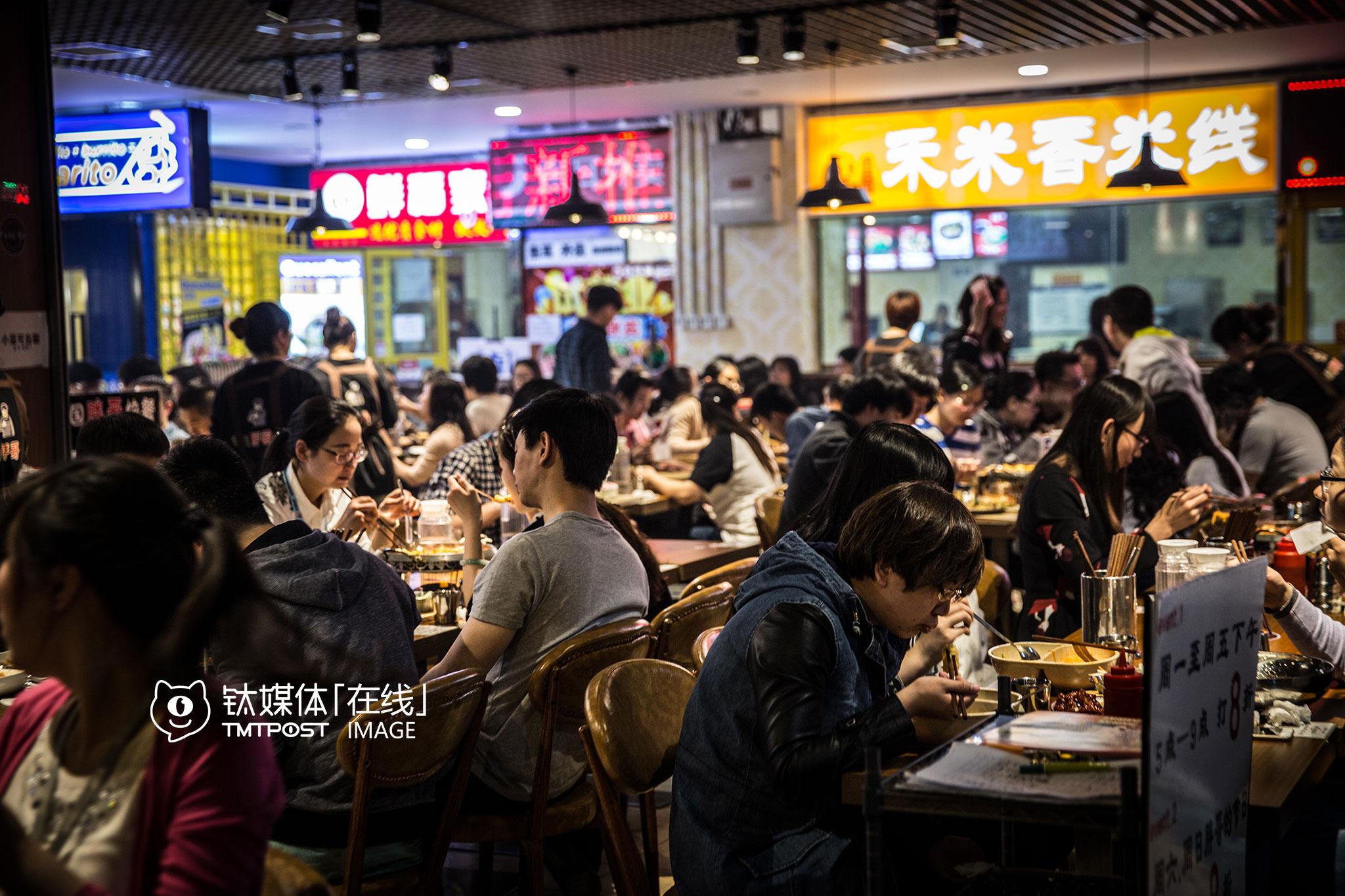 辉煌国际广场负一楼,各式快餐店聚集,这里是楼里上班族午餐的重要选择,便宜,方便。