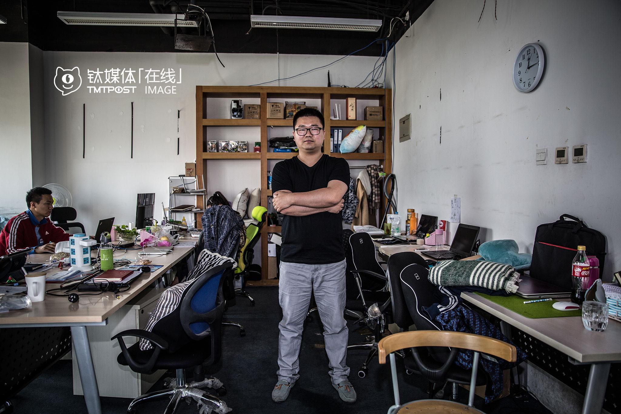 """2015年11月,手工艺品社交电商""""美不美""""创始人何鹏飞带着团队,将公司迁到上地。""""这里是北京创业团队氛围最好的地方。""""何鹏飞说,在上地,招人方便,自己的项目也很快拿到了融资。但作为一个专注于发现生活美学项目的创始人,他觉得上地的上班族,很少有懂得享受生活的时间,""""上地很多上班族,一天到晚匆匆忙忙,工作效率很高,但是太奔忙,没有自己的生活。"""""""