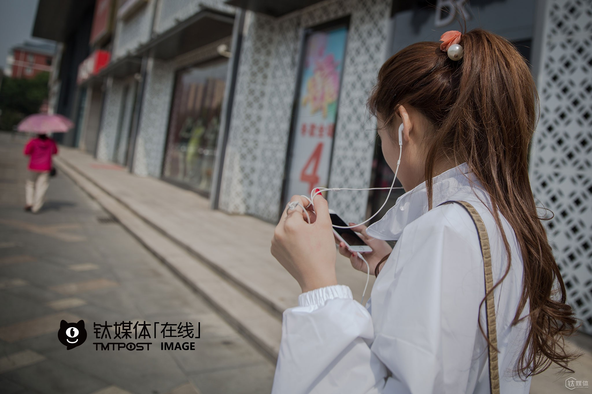 Two months ago, Youbao saw a friend of her share a live video in her WeChat friends circle and found it interesting. Some of her friends convinced her, so she decided to give a try. However, after she became hit once, she couldn't stop. Now, she would live broadcast videos almost anytime and anywhere. Wake up and do make-up, go out and wash her hair, see some friends, play games in cyber bars, watch TV at home, have lunch, walk in the street… As long as she stops, her fans would ask her why and push her to continue. Up till May, she's already had over 120,000 fans on Inke TV, one of the major live video broadcasting platforms in China. On average, she has as many as 9,000 fans watching her live broadcast videos every day at the same time.