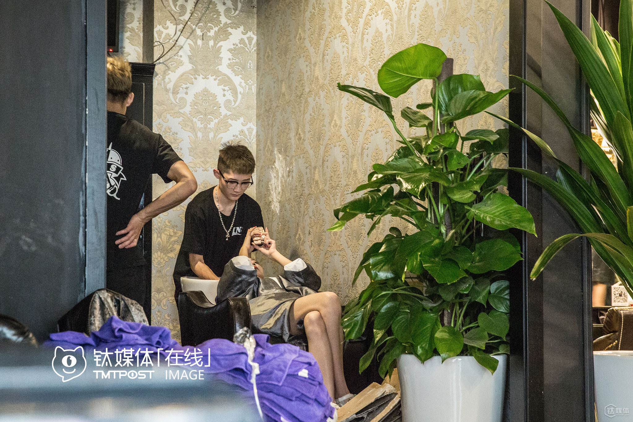 "A typical day of her would look like this: wake up and wash her hair at the barber's, see her friends, play LOL at the cyber bar, go home and watch TV and sleep. She won't stop live broadcasting even when she was washing her hair. ""I earned 300,000 yuan within two months through gifts my fans gave me,"" Youbao is already over Level 100 on Inke TV, ""when fans compete to give gifts to me, my level also rise. According to the rule, I can cash out 3,000 yuan every day at this level."" However, she never cashed out yet. ""I never treat this stuff as a work, and never expect to make money through this since because I can always turn to my family. In addition, I can make quite some money through opening online stores on WeChat,"" she said."