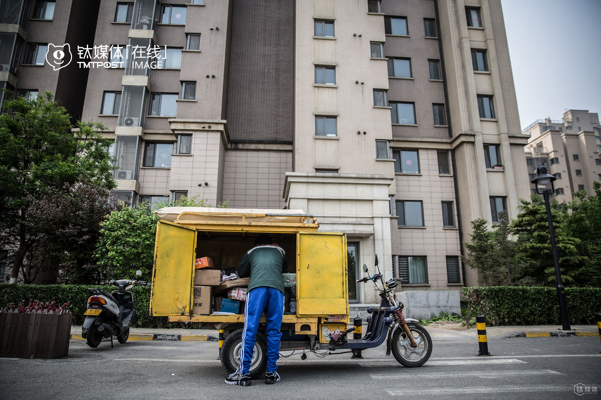 """Deliverymen in large-sized express companies can deliver a few hundred packages per day since they could deliver more packages at one place and deliver packages only in two or three places a day, while they have to spend most time travelling from one residential area to another,"" Lufei explained."