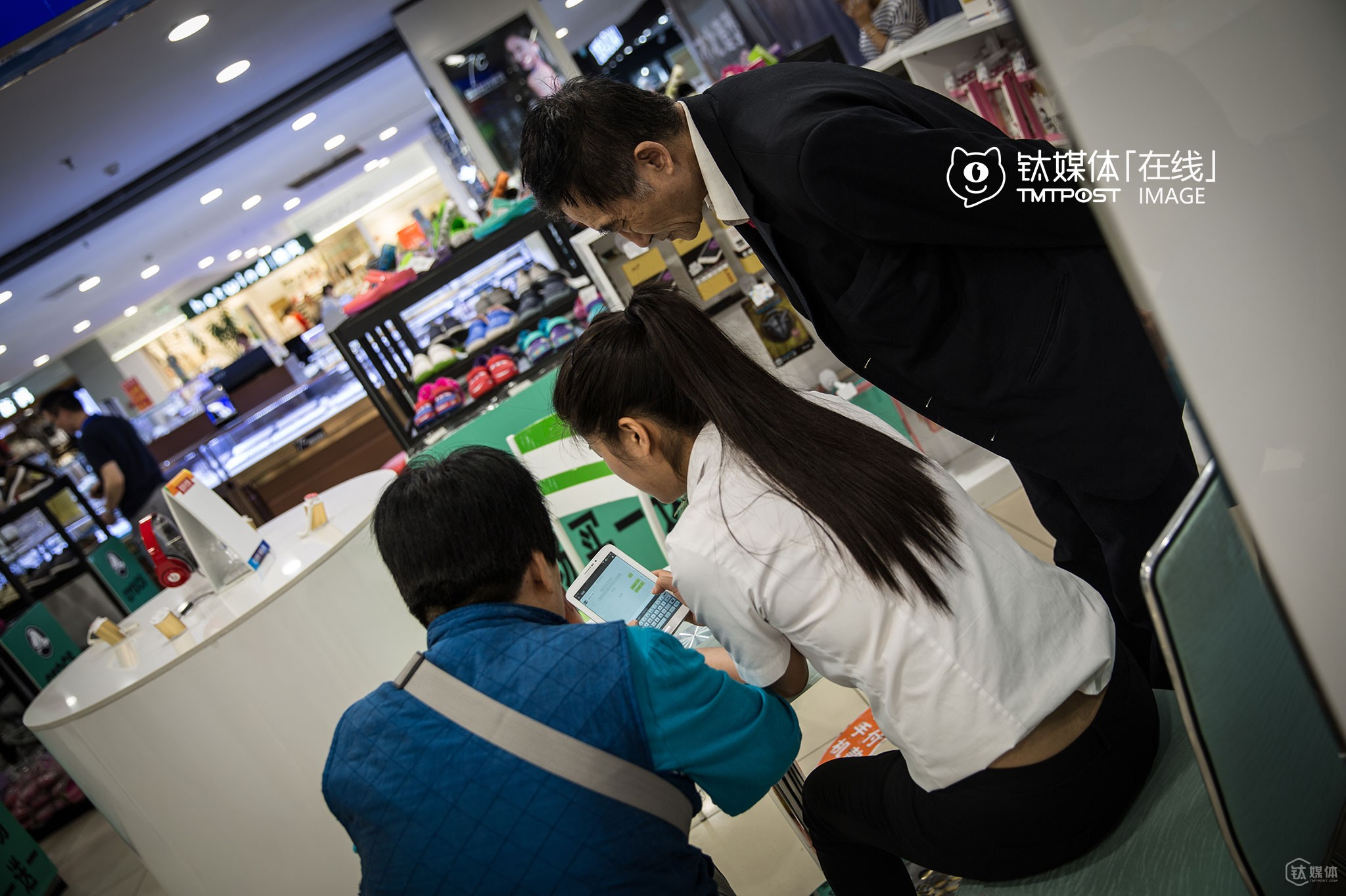It was 0:35 PM. Two aged customers went into the smartphone store for help. They clicked the ad when playing mobile games, and don't know how to close the ad. In addition, they want the employee at the store to teach them how to use WeChat to call others and send voice messages.