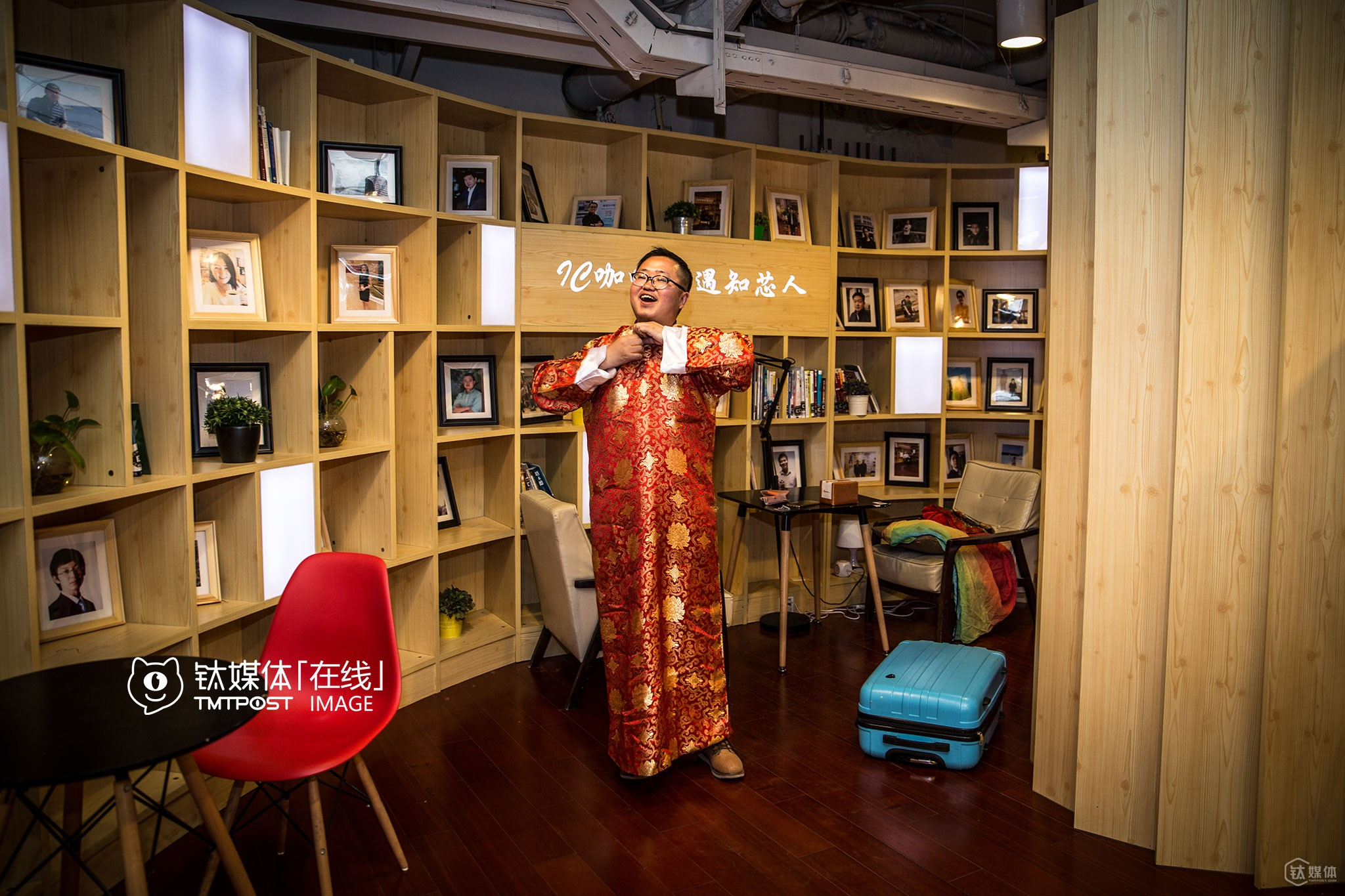"He would wear a costume of his ""little red boy"" every time he went to public events or exhibitions. He loved introducing to others his paintings and asking for opportunities to cooperate. ""Taiwanese cartoonist Jimmy rose to fame when the Internet was still ill-developed, so I must have an opportunity to become famous too when the Internet has become so widespread and developed now,"" he said confidently."