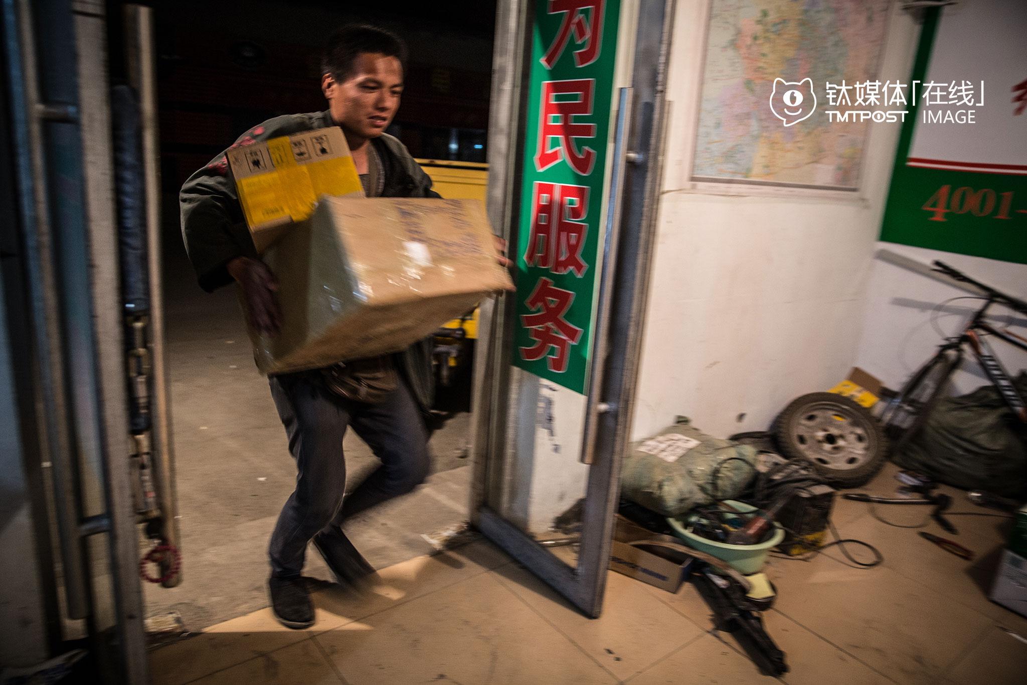 等他赶回站点,当晚发货的车已经走了,他只好把货先搬下车,等第二天再发。