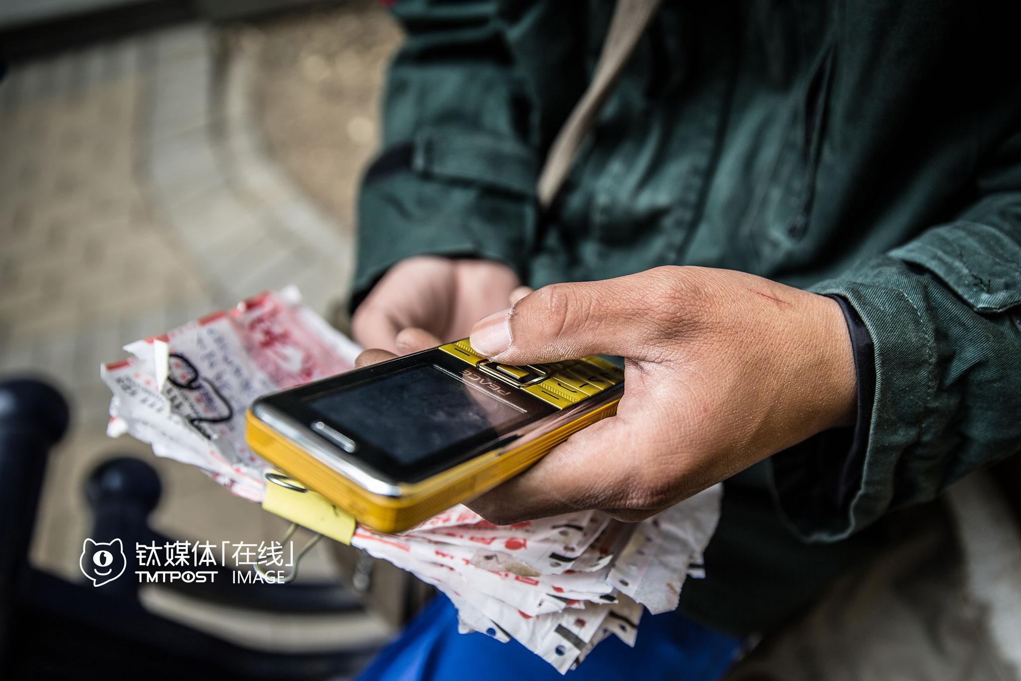 不管大小,他每送一个件,提成都是一块钱。电话费自己出,公司没得补贴,为了省钱,他每次都会先拿着快递直接去收件人家敲门,如果对方家里没人或者没开门,他才会开始打电话联系。这个手机常常没信号,通话质量欠佳,有时让他有些恼火和无奈。