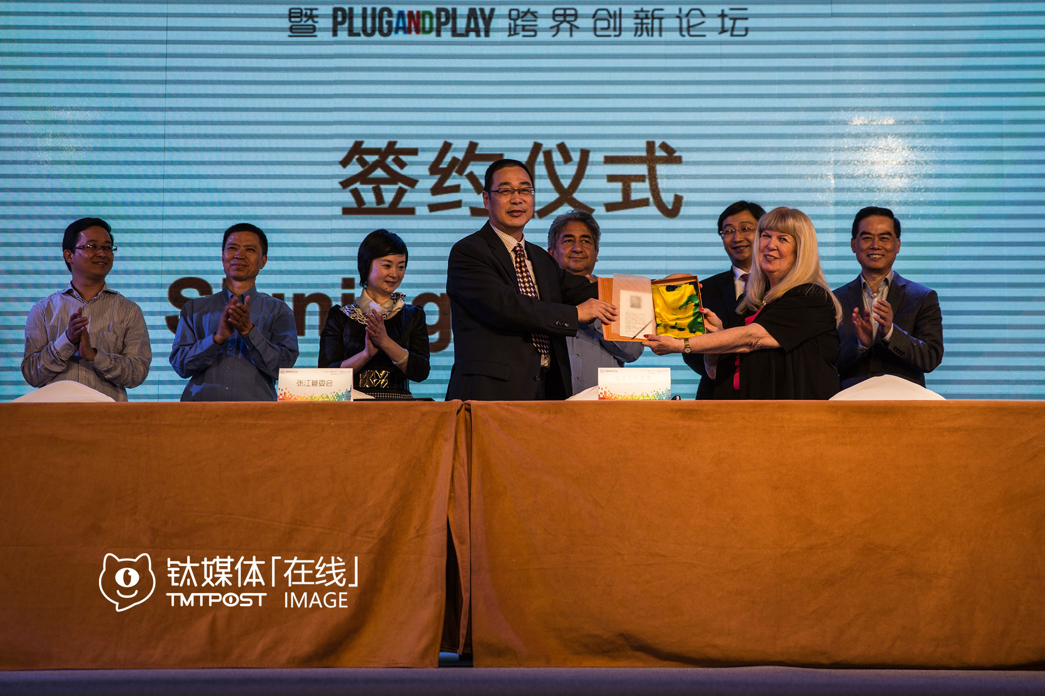 At another innovation summit in Shanghai, members of the management committee of Zhangjiang Hi-Tech Park and Silicon Valley mayors exchanged gifts. The delegation chose a map of Silicon Valley signed by all the mayors as gift, while China gave a fined silk product in return.