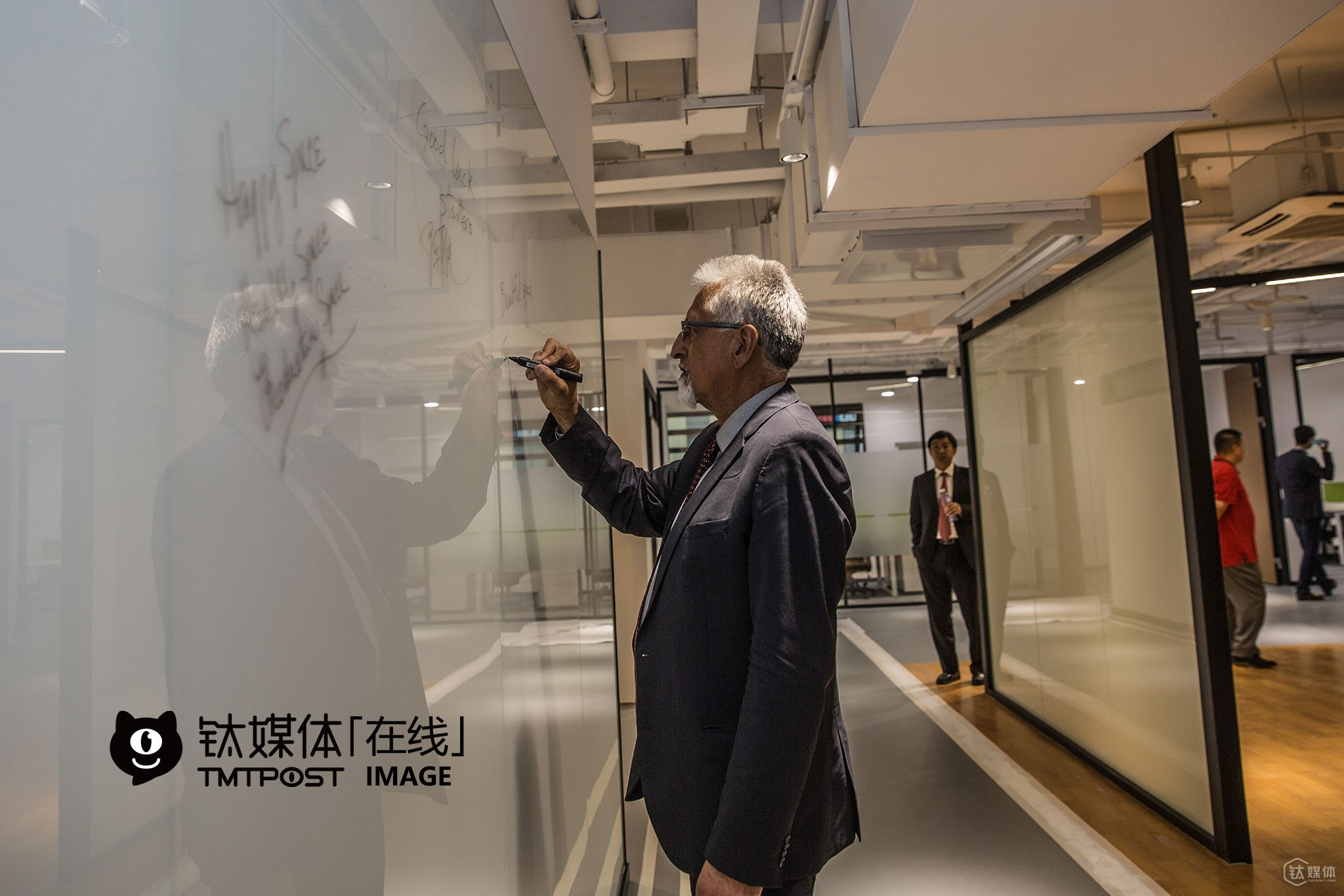 Silicon Valley mayors were invited to visit the new work place of Plug and Play in Shanghai. Eduardo Martinez, vice mayor of Richmond, wrote on the glass wall in the public hall: Work happily, enjoy life. Plug and Play is a well-know American incubator based in Silicon Valley. Up till now, it has already set up offices in Shanghai, Suzhou, Chongqing, etc.