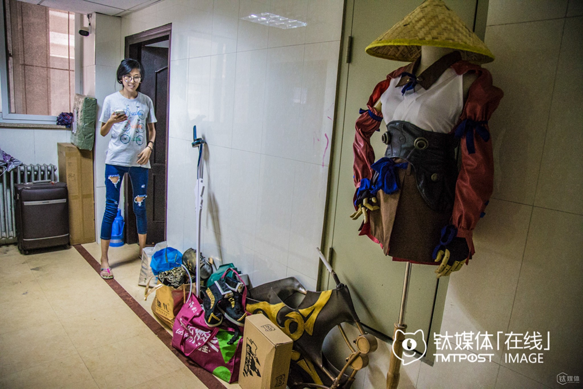 Lusan had no choice but to pile up her costumes on the corridor beside her dorm since it was too crowded inside the dorm.It cost her around RMB 4,000 to buy all these customers, mostly from Taobao. Her parents gave her RMB 2,000 every month, and she could earn around RMB 1,000 herself by doing part-time job. However, half her money was spent on cosplay, so she had to pinch and scrape.