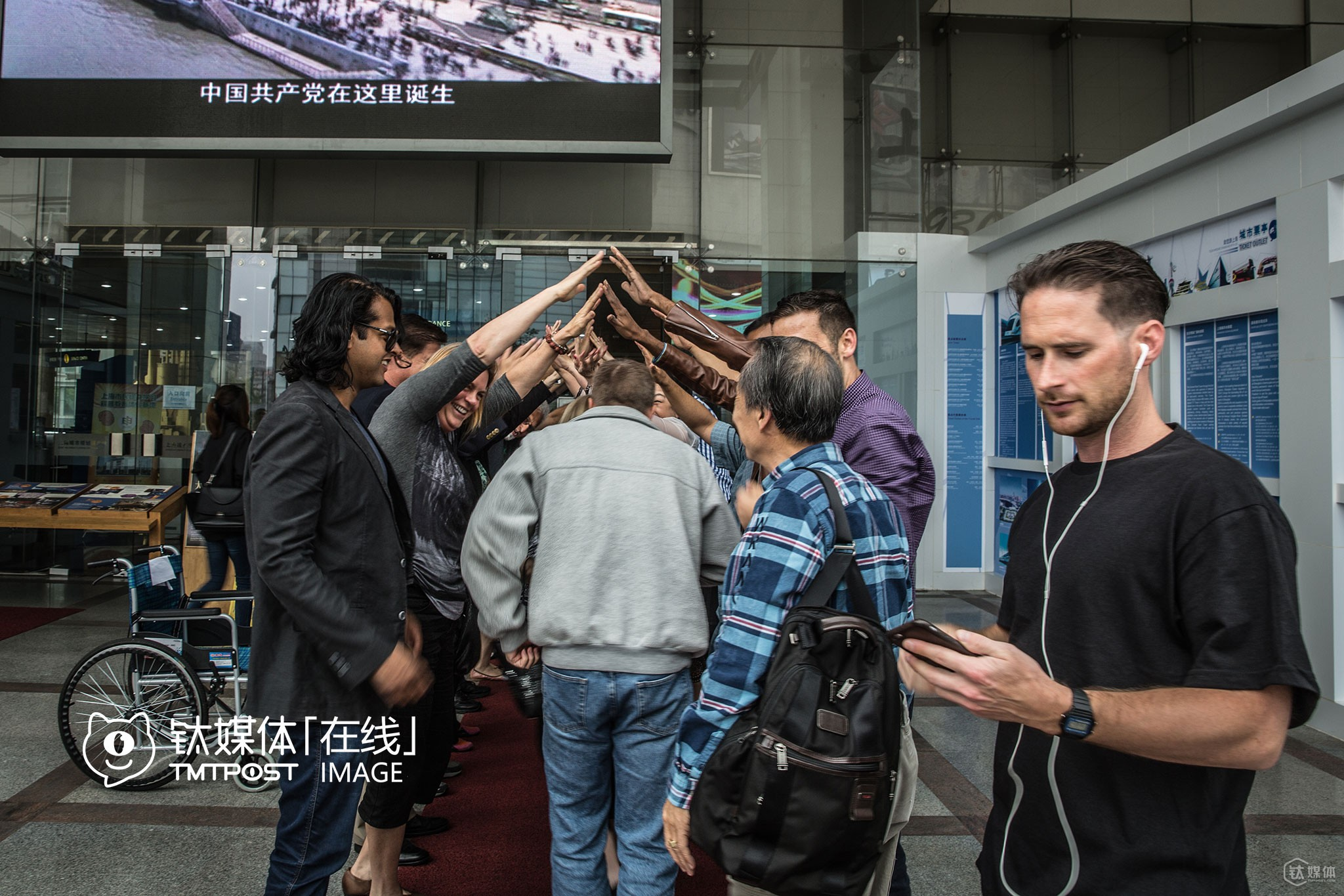 """Outside of Shanghai Urban Planning Exhibition Center, Silicon Valley mayors and American entrepreneurs who accompanies them were playing their favorite game """"The Arch""""."""