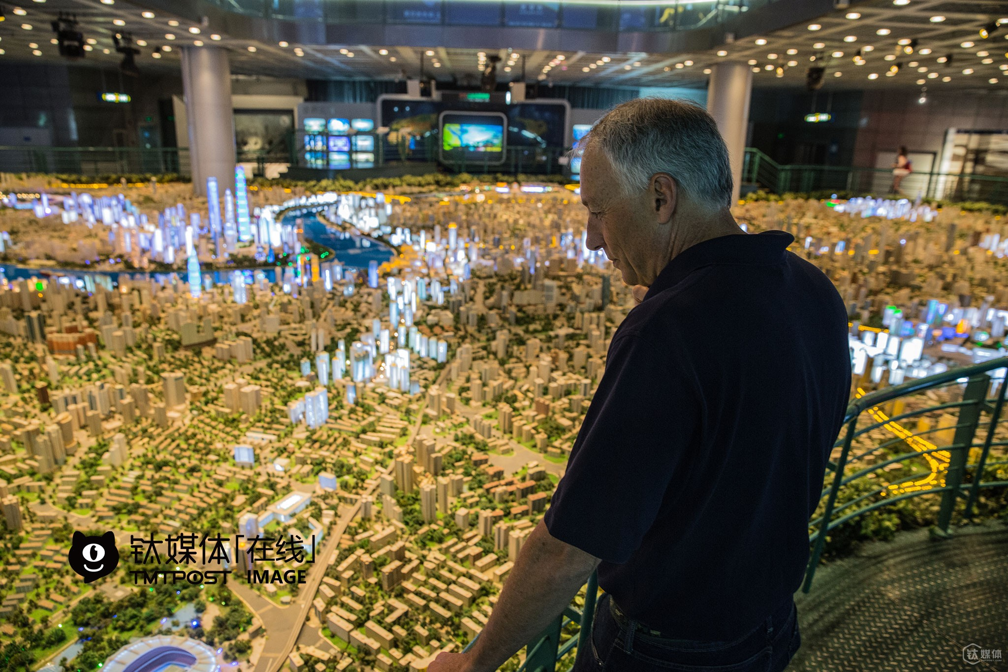 """Michael, vice mayor of Atherton, was shocked at the city model of Shanghai. """"This city model is so huge! We also have a city model for Michael Lempres, but it's much smaller than this one,"""" he said, """"Atherton lies right in the center of Silicon Valley, and the house price here is the highest in the US."""" There are no tech company but lots of residential houses in Atherton. As a matter of fact, Atherton is the most favorable place to live in for many CEOs of giant tech companies as well as investors in Silicon Valley."""