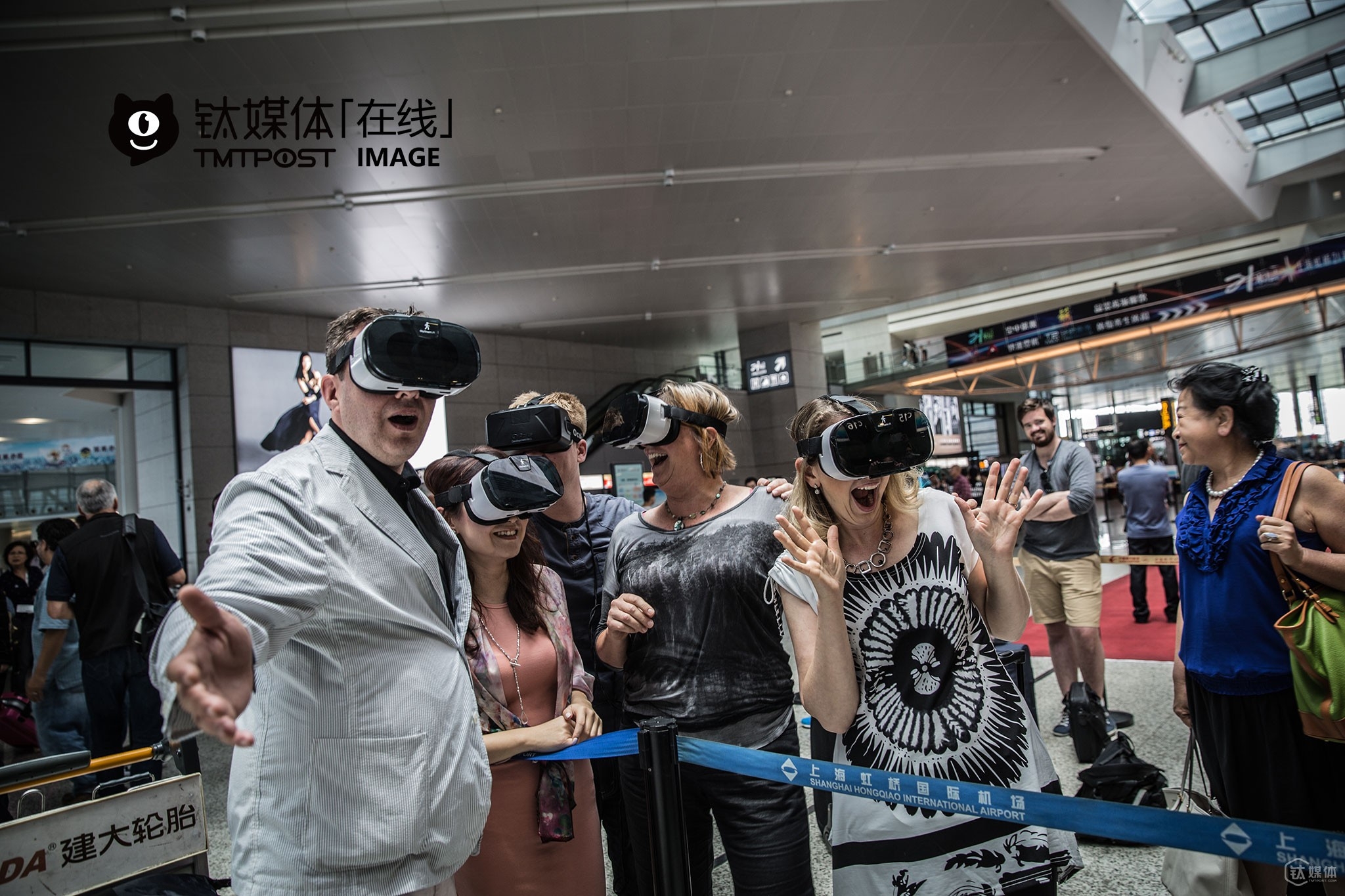 On the way from Chongqing to attend a VR Summit in Chongqing, a VR developer (the person on the left) invited everybody to wear a pair of VR glasses and took a picture together. American entrepreneurs who accompanied the delegation were all focused on VR/AR. In the week-long visit, they were all eager to find potential investors and cooperation opportunities, and held several road shows along the way.