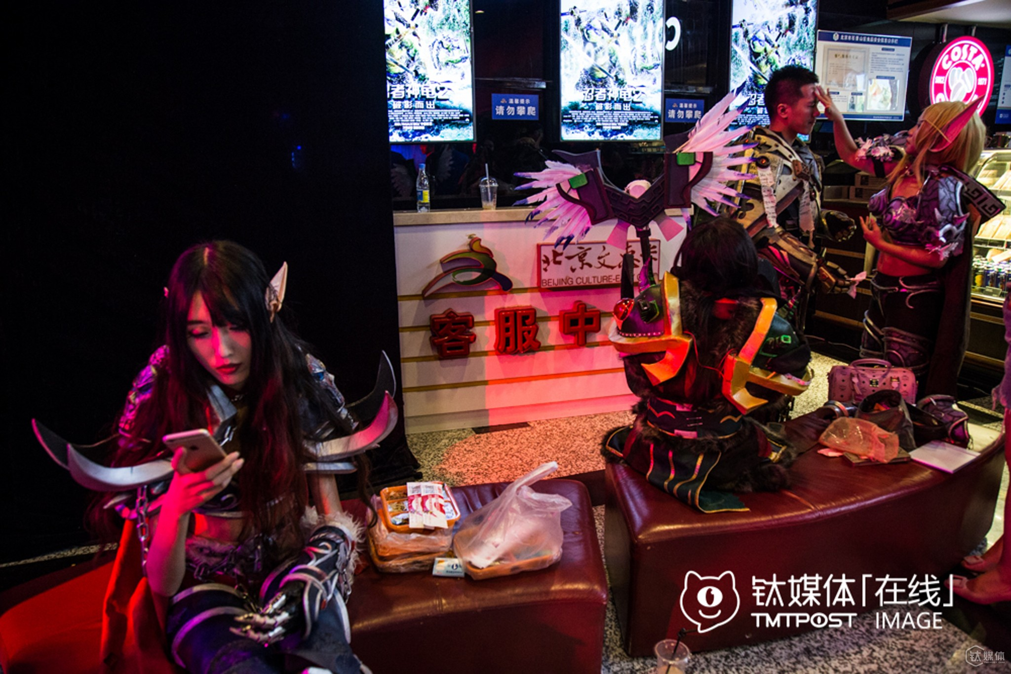 """Before the show, they grabbed a lunch in the hall of Wanda Film Theatre. To ensure the quality of their """"weapons and dresses"""", they would spend 3-4 thousand RMB purchasing these stuffs, so they often made up themselves to lower cost."""