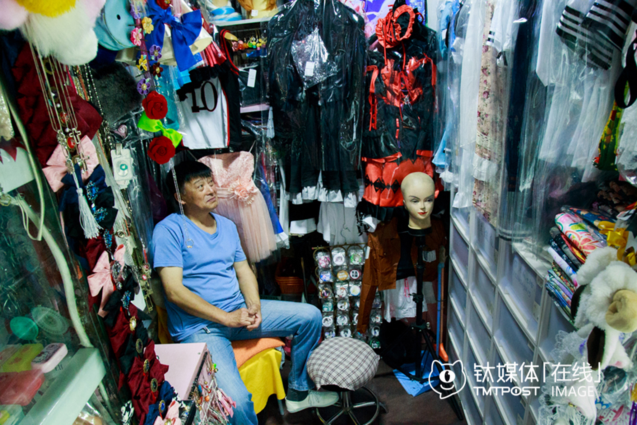 Mr. Zhou's shopwas the only cosplay costume shop left in the SoShow shopping mall in Beijing. He ran the shop himself, but the traffic was not at all busy. Young people seldom go to offline shops to buy cosplay clothes. Although there were professional tailors who could make customized costumes for cosers, most people preferred to buy costumes on Taobao, since it's generally 50% cheaper online. Mr. Zhou also prepared some clothes he bought from shops on Taobao, but those costumes were poorly-made in comparison.