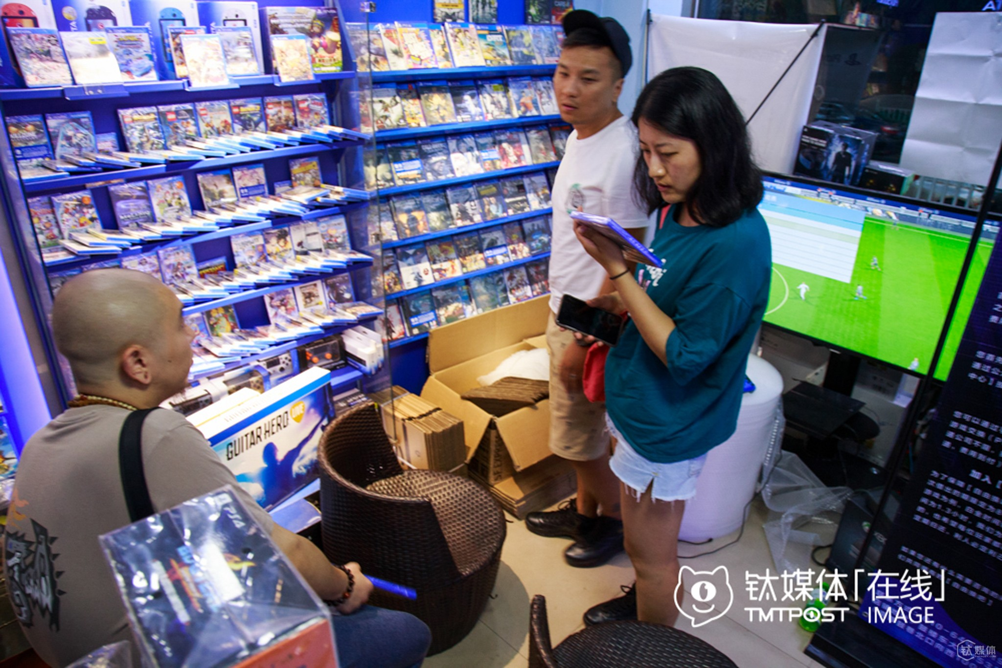 Several new video game stores were opened on Gulou Street, and most customers were regulars who were born in the 70s or 80s. Most products in these stores were directly imported from abroad, and the average price of each game CD was priced at around RMB 300.