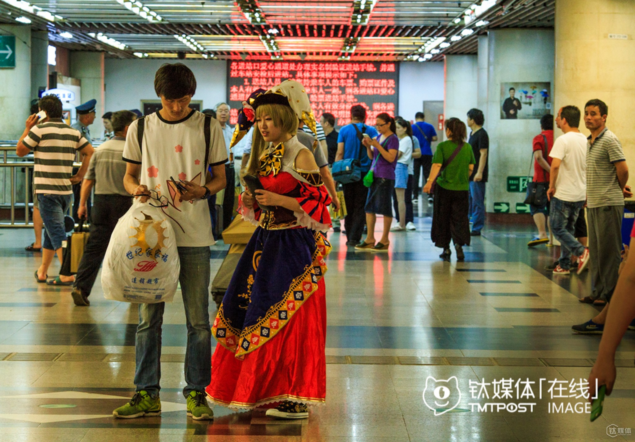 A coser who hadn't had time to remove her makeup was heading for the subway with her boyfriend. However, they didn't think they were quite different in the crowd.