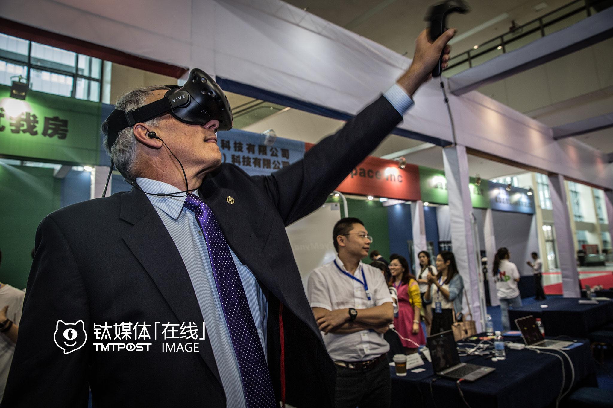 重庆VR峰会上,Michael在展位体验VR游戏。