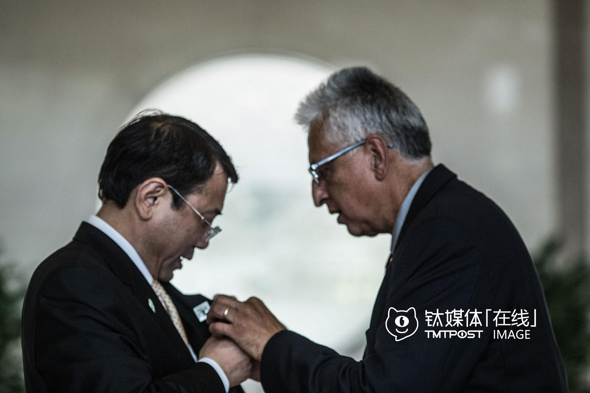 5月28日,北京海淀,瑞趣芒德市副市长Eduardo Martinez为一名中国官员佩戴瑞趣芒德的市徽。