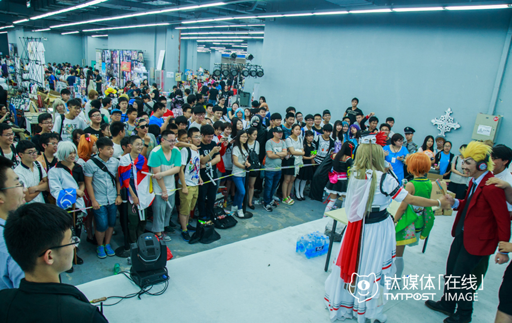 2016年6月10日,北京第一届校际联合漫展,观众在观看一场Cosplay秀。这场漫展吸引了5000多人购票入场,其中90%为95后和00后学生,愿意为二次元文化买单。