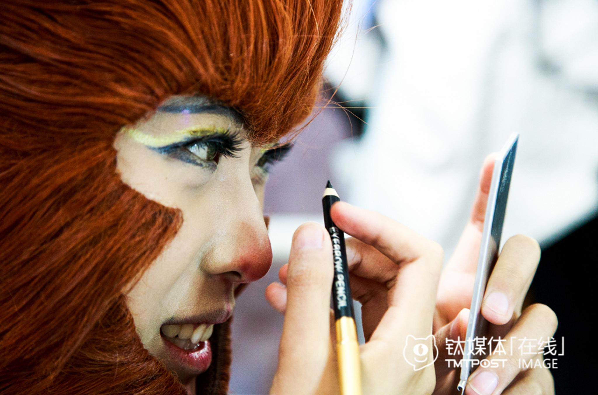 Coser鹿三,来北京读大学后成为一名职业coser。她正在COS齐天大圣的妆容。有时候室友都不在宿舍时或者新衣服到货,她会穿上Cos服装练习模仿,上一次Cos妆容,大概要花去一个半小时。