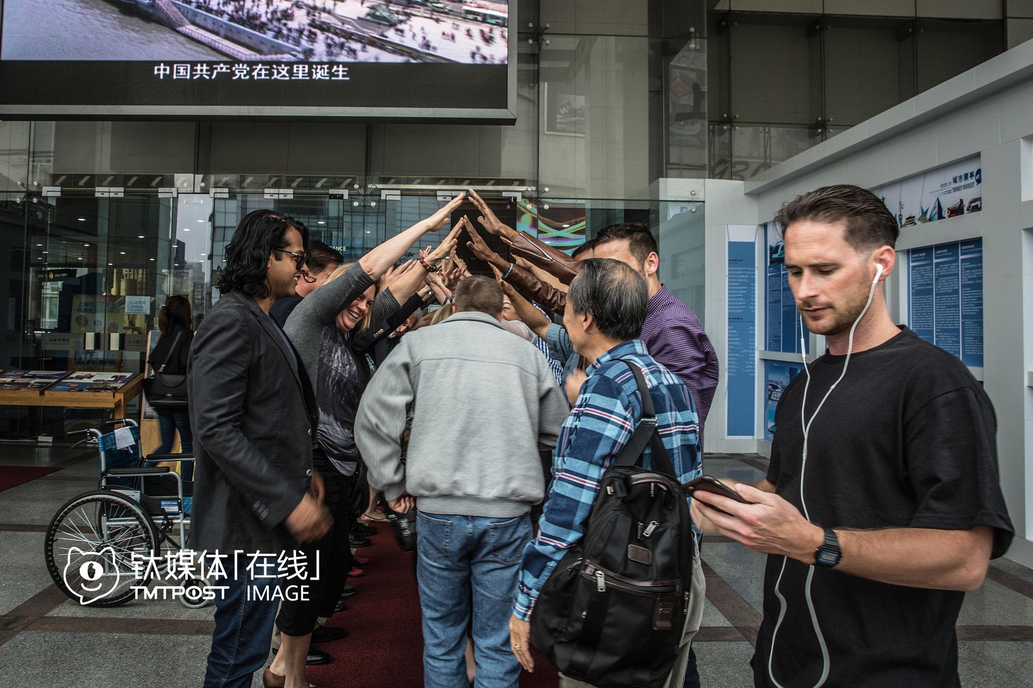 上海城市规划展示馆外,市长和创业团队搭起了拱门。