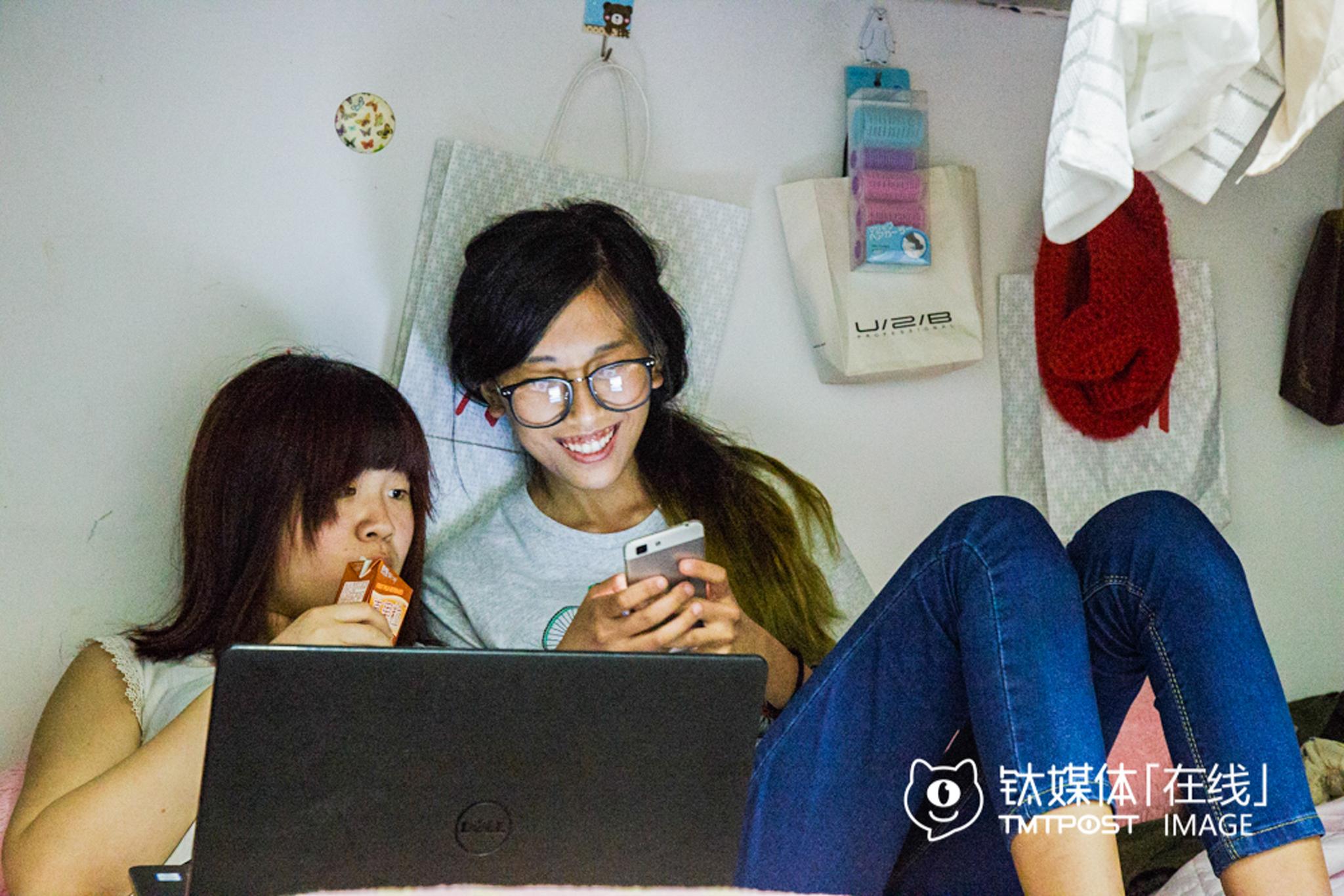 鹿三(右)与室友会偶尔讨论一下Cosplay,但室友们并不感兴趣。她从小学开始喜欢动漫,中学进入Cos圈。这是一个生活在二次元的女孩,大学室友是她在三次元世界少有的几个朋友,他的朋友大都在二次元世界。