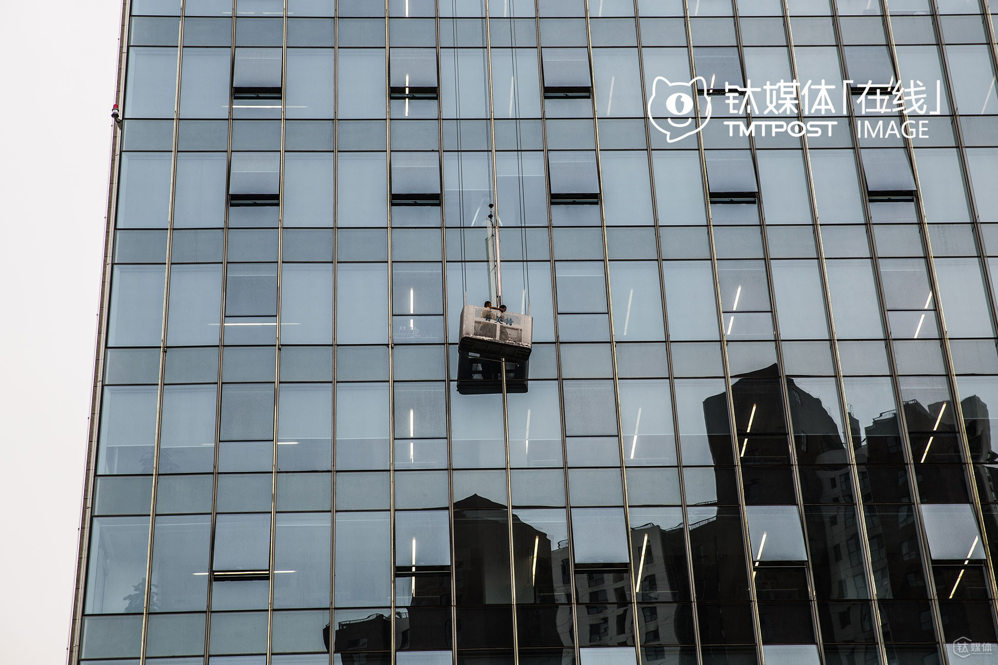 It was July, 14th, 2016, Wangjing Greenland Center. Two workers were cleaning the glass curtain wall of Alibaba Beijing Headquarters, which is still in the trial run stage. This is the first office building Alibaba acquired outside of Hangzhou. Alibaba's logo, hung on top of the building, is gradually becoming one of the new symbols of Wangjing. 19 years has passed since Jack Ma, the founder of Alibaba, and his founding partners went to Beijing and looked for opportunities. How time flies.