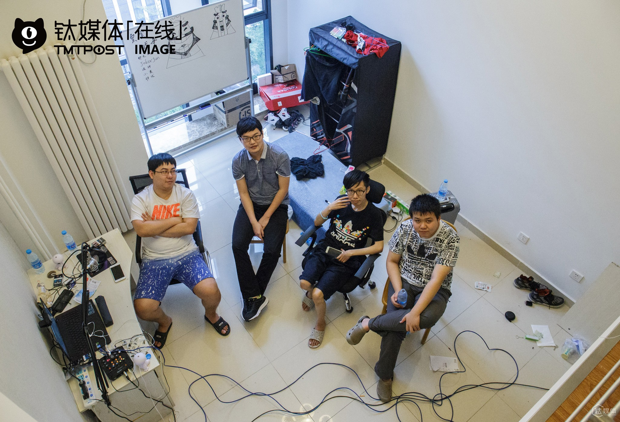 Junwushuang, Xiaoyang, Junhua and Nuoshen (from left to right) are all game players invited by an electronic sports club in Shunyi District, Beijing for a new mobile game. In April, 2016, their rankings rose to top ten globally and drew the club's attention. Finally, they've got the opportunity to realize their electronic sports dreams.