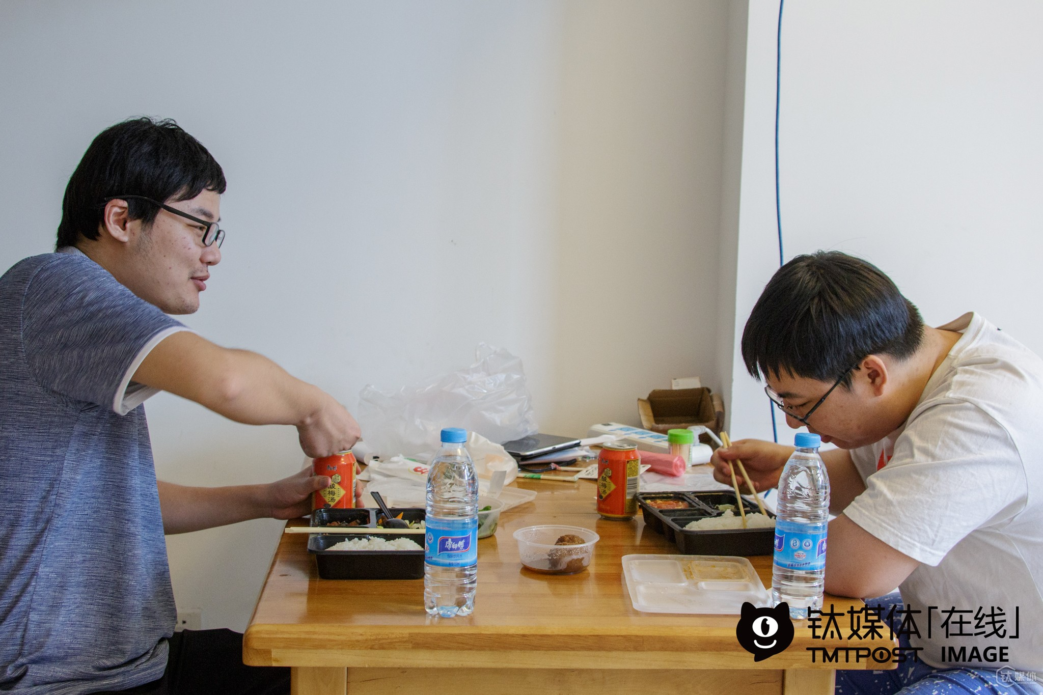 "Xiaoyang and Junwushuang ordered takeaways for lunch. ""Other members of our team stayed up last night, so they are still trying to catch some sleep. As professional game players, it's common for us to have irregular rest. Generally we have two meals every day, both by ordering takeaway food,"" he told TMTpost. During the official contest held on July, 23rd, they failed to get a good grade. For that contest, over 500 game players competed for the championship to win RMB 360,000 ($54,044) as reward. According to official statistics, the reward volume for electronic sports around the world totaled $61million in 2015. At the same time, the overall revenue in the Chinese game industry reached over RMB 149 billion (around $21billion) in 2015."