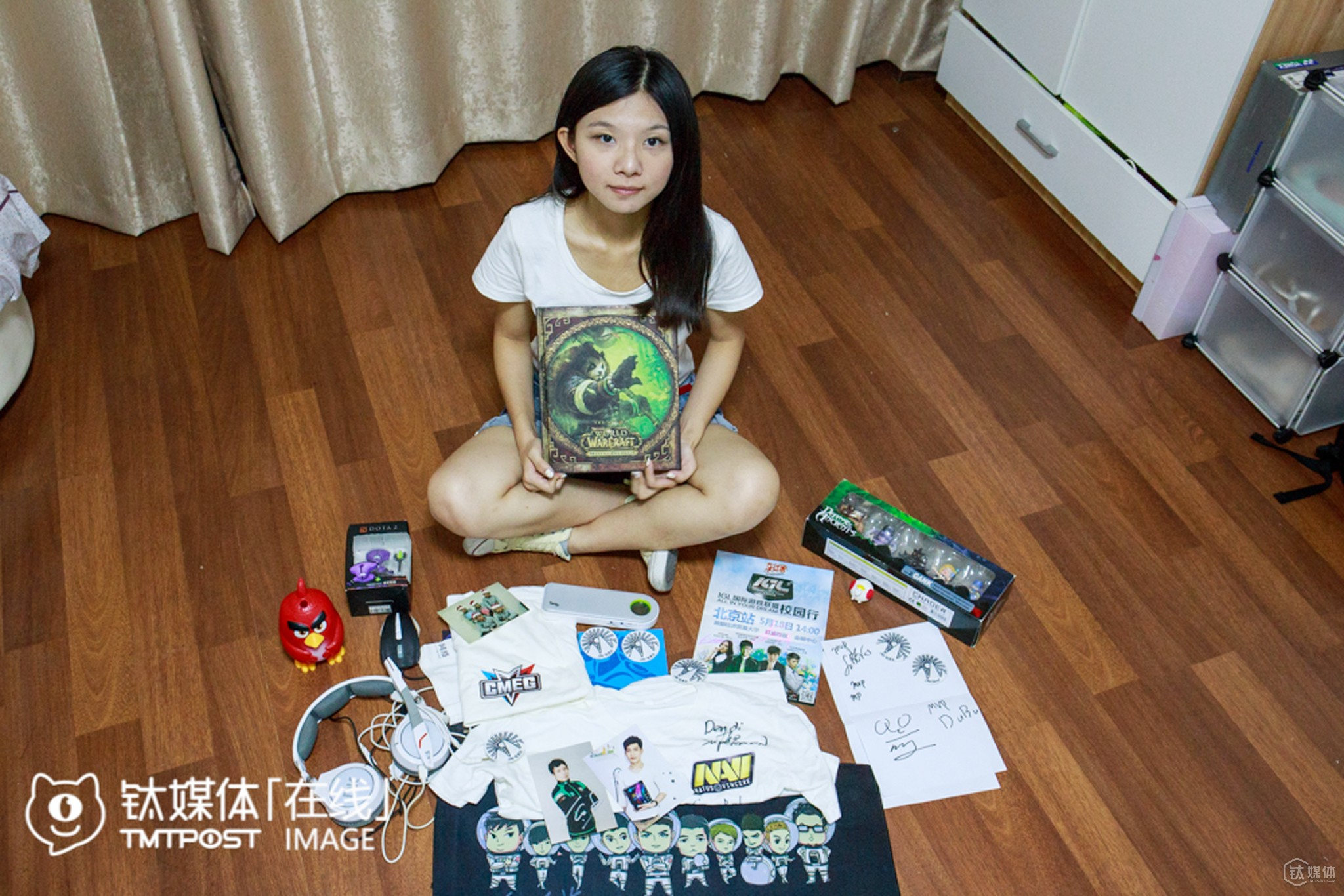 """44"" is a female electronic sports player. She used to be head of the electronic sports club at China Agricultural University. After graduation, she worked as a coordinator for electronic sports contests at an electronic sports platform. ""Female players take up less than 5% of all the electronic sports players. So I often play with male players and win the game thanks to them,"" she said when sorting out all the souvenirs she collected from major electronic sports contests, ""I wish to organize not only college-level contests, but also national, even global contests in the future."""