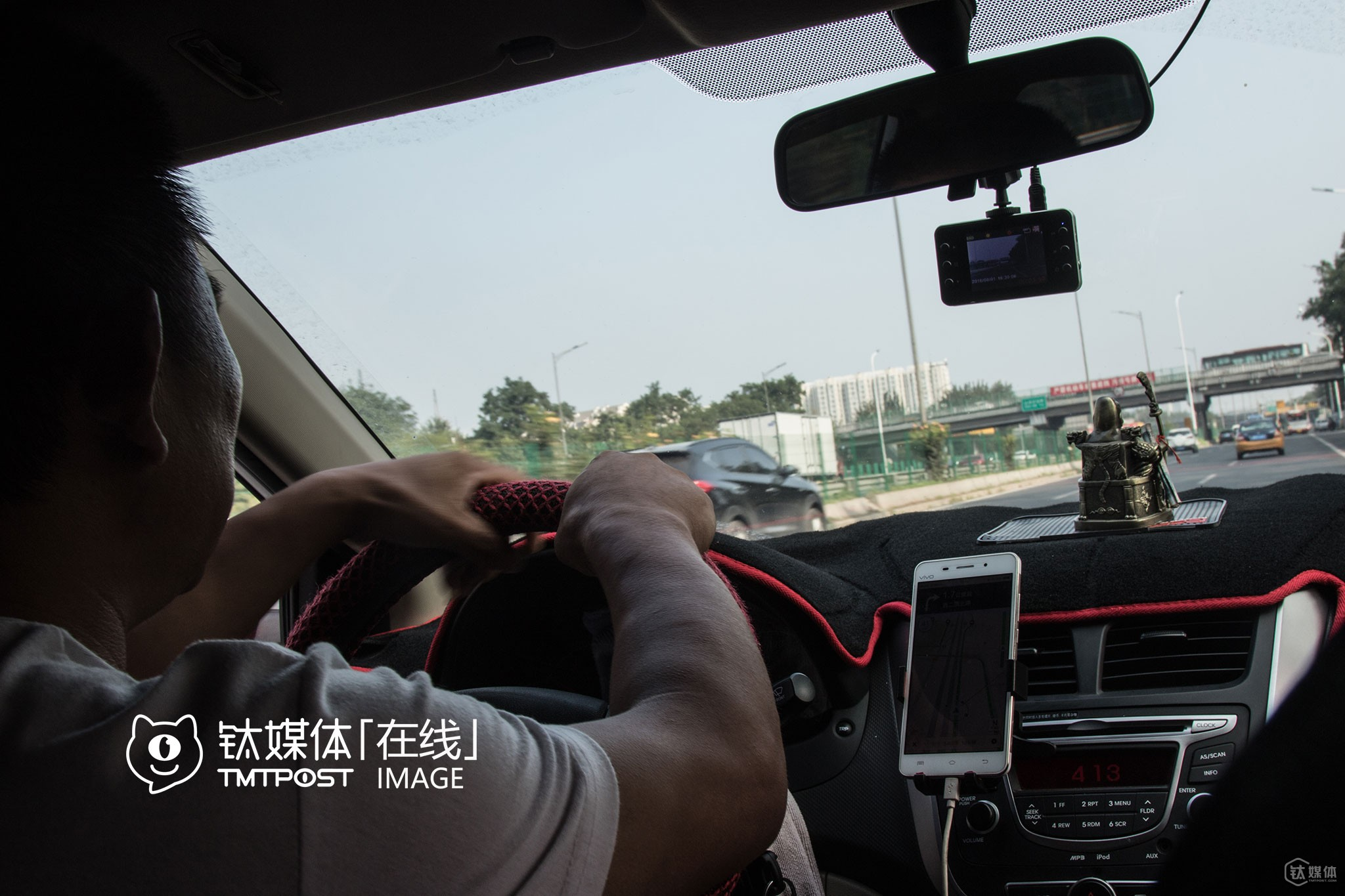 "At the beginning of 2016, Mr. Lei tried picking up several riders on Uber, but gave up soon because he didn't like the idea that drivers couldn't see the destination of riders they were assigned to, and that he was afraid that he might get caught by traffic police. ""I never dare to drive to places such as Beijing West Railway Station, Beijing International Airport and Beijing South Railway Station. In fact, I heard that a Didi driver was caught just yesterday. Three plainclothes traffic policemen caught him at the underground garage and fined him for over 10,000 yuan (around $1,506). Will traffic police stop finding fault with us after online ride-hailing service is legalized in China?"" he was still not sure. In terms of the merger, he worried if the subsidy for drivers would drop. ""If so, I'll just quit and find something else to do,"" he told TMTpost."