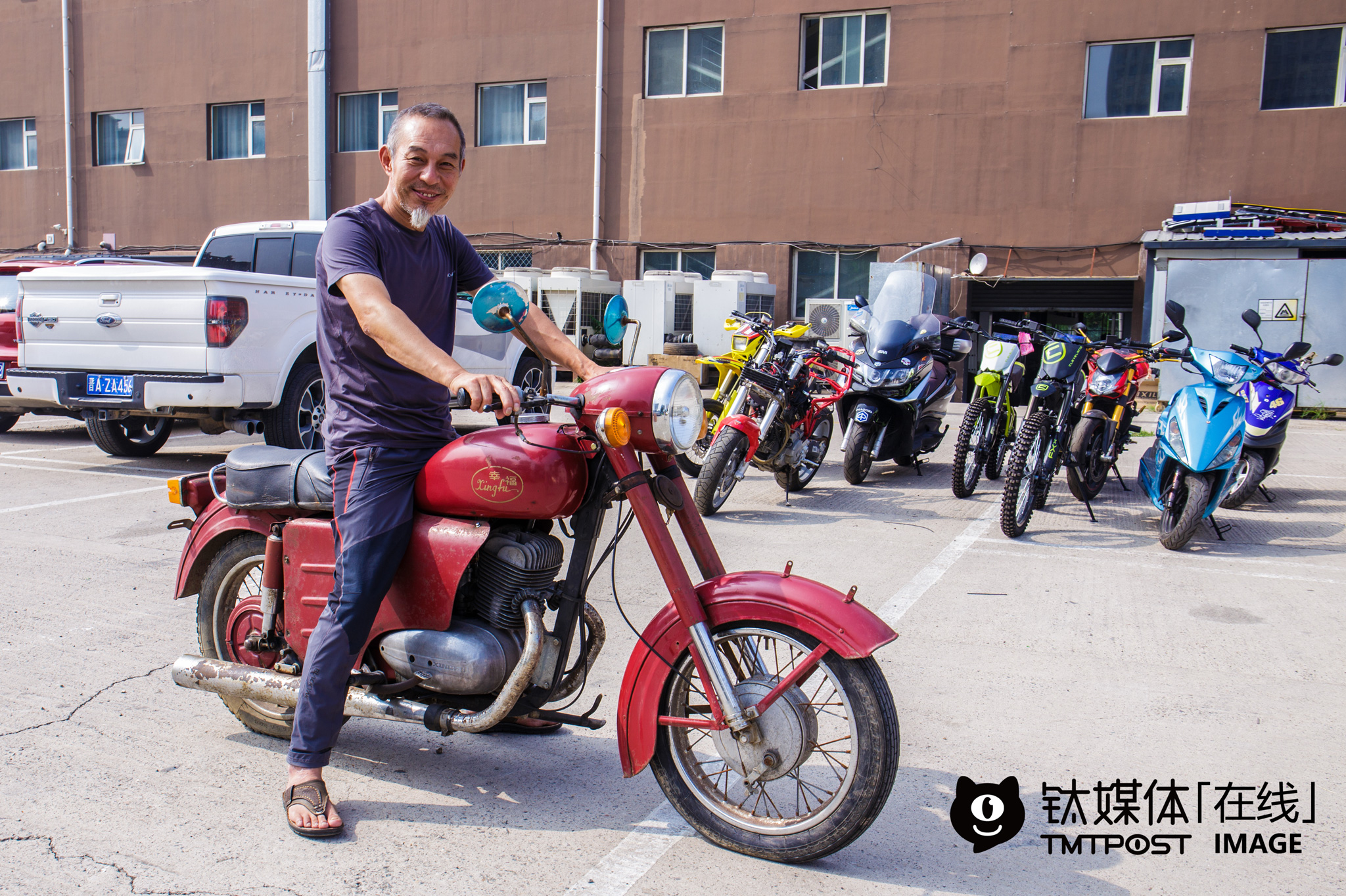 """Su Taiping, aged 51, is also a motorcycle rider. He bought his dream motorcycle Happiness at the price of 2,000 yuan from a friend in the 80s. """"At that time, Happiness motorcycle was sold at around 7,000 yuan, similar to the price of an apartment. However, I was still a factory worker and earned 10 yuan a month. I started riding race motorcycles in 1983. The majority of the first-wave race motorcycle riders have already passed away, yet I am still alive,"""" he said, jokingly, """"I've bought over a dozen motorcycles and have been repairing motorcycles or selling second-hand motorcycles for a decade. Many motorcycle riders in Bejing would ask me for help when something went wrong with their motorcycles."""" For him, first-wave motorcycle riders love race motorcycles because they represent fashion, today's motorcycle riders care more about being who they really are and travelling on motorcycles to see the mountains or the sea."""