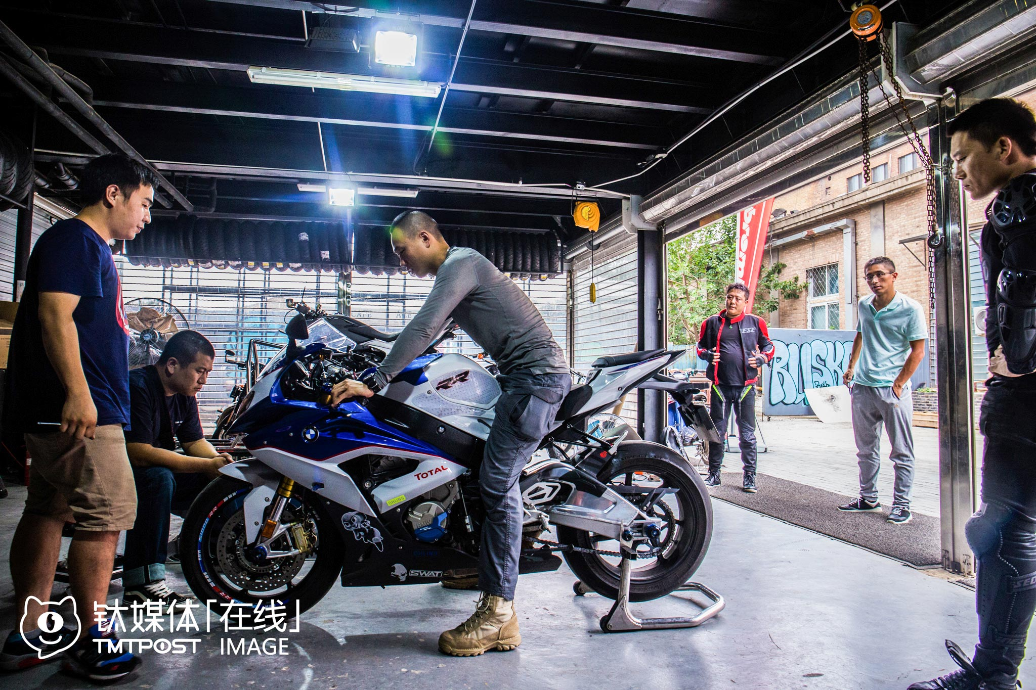 A racecar driver went to this motorcycle repair & modification shop near 798 art region in Beijing to see if the spare parts he ordered two months ago from Italy arrived. He bought the motorcycle at the price of 300,000 yuan, and spent another 30,000 to 50,000 yuan on modification. The technician told him that they would not only improve the motorcycle's appearance by decorating it with flowers, stickers and paints, but also changed the engine, tyre, shock absorber, air purifier, escape pipe, etc. to enhance the motorcycle's overall security performance.