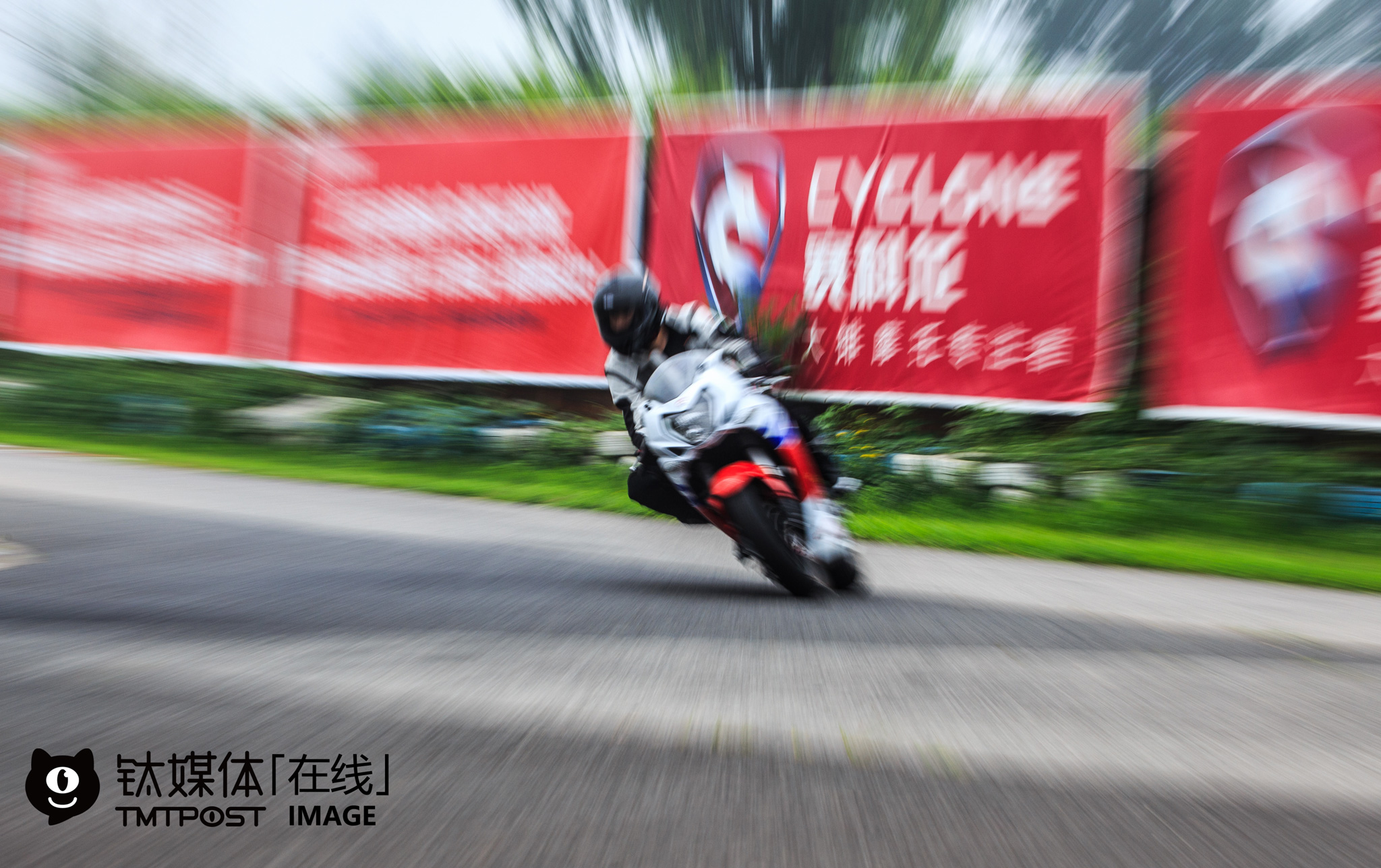 """On July, 30th, 2016, 30 motorcycle riders were attracted to a track test activity held by a Chinese motorcycle maker. The organizer charged every rider with merely 100 yuan. At present, there are only two race motorcycle circuits in Beijing. """"To purchase a new car in Beijing, you have to first draw a license plate lottery and get a plate. In comparison, it's more convenient to ride motorcycles, and you don't need to worry about traffic jam,"""" a motorcycle rider told TMTpost, """"Motorcycles made by Chinese motorcycle makers are certainly less welcome in the Chinese market, but they still have a large market."""" Statistics suggest that there are over 160 million race motorcycles and 30 million race motorcycle riders in China, and that the total transaction volume of second-hand motorcycles is over 6 million yuan (over $ 900,000)."""