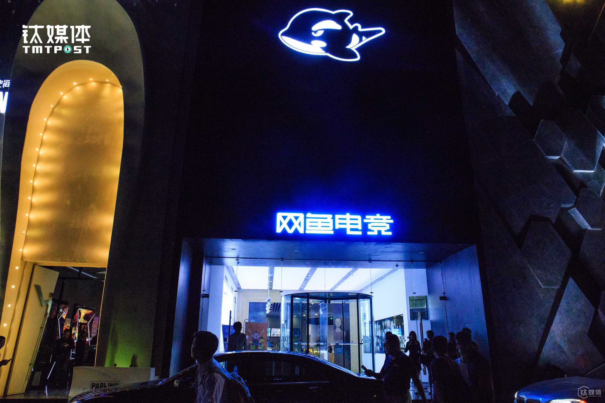 With the rise of e-sports in China, an increasing number of e-sports players emerged, which also led to a new business model, the combination of internet cafés and e-sports. WYWK opened the first e-sports bar & internet café near Beijing Workers
