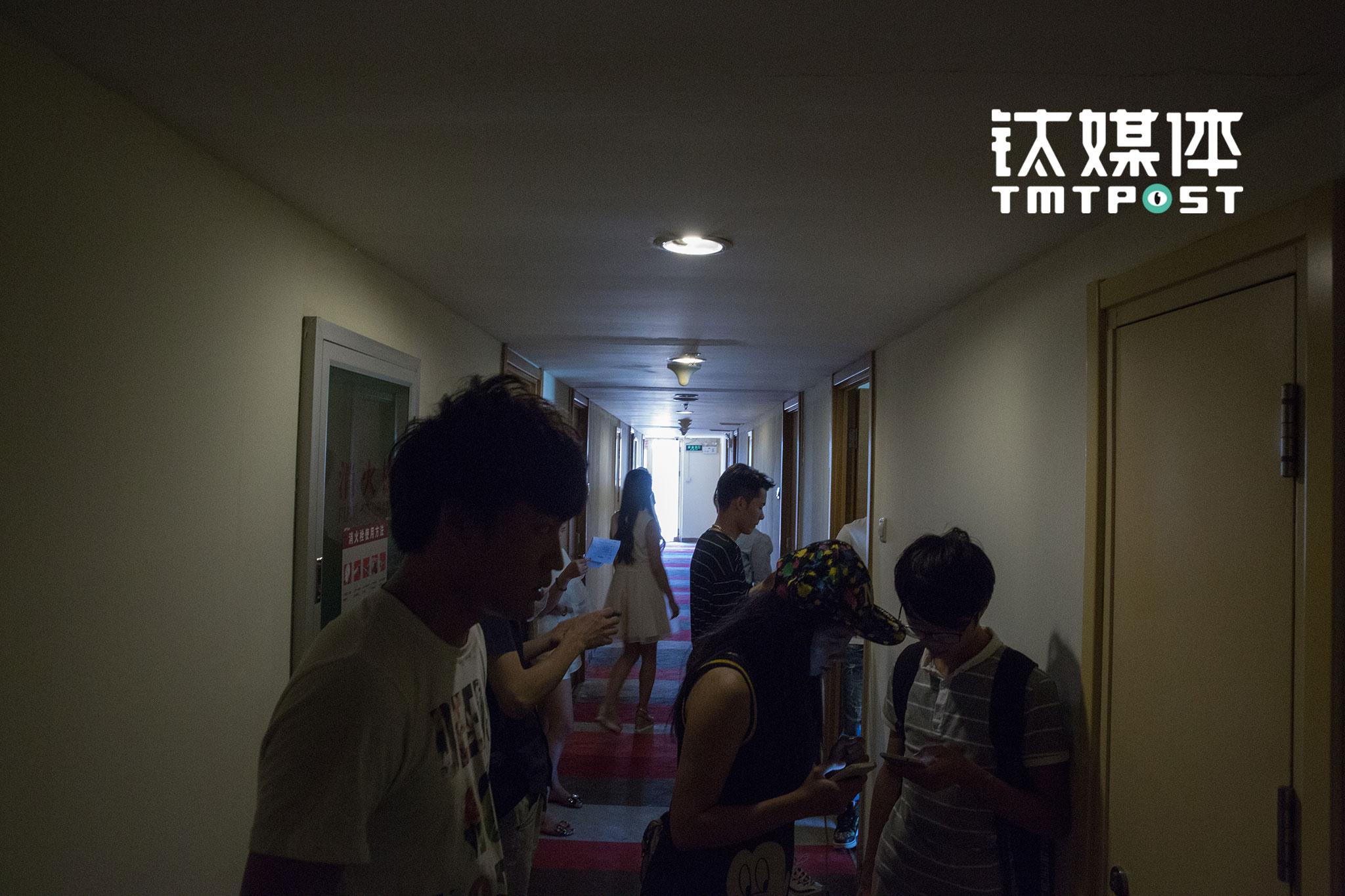 2016年8月29日,一部网络大电影在北京西大望路飘HOME进行主演面试,等候入场的面试者在紧张地记诵台词。