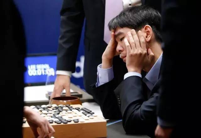 2016年 3 月,谷歌 DeepMind 挑战赛上,韩国围棋大师李世石与谷歌的人工智能程序 AlphaGo 对决
