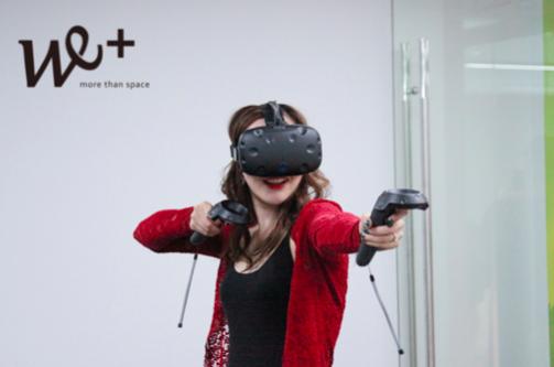 西西里文化传媒有限公司创始人朱玟羽女士在We+空间体验VR游戏