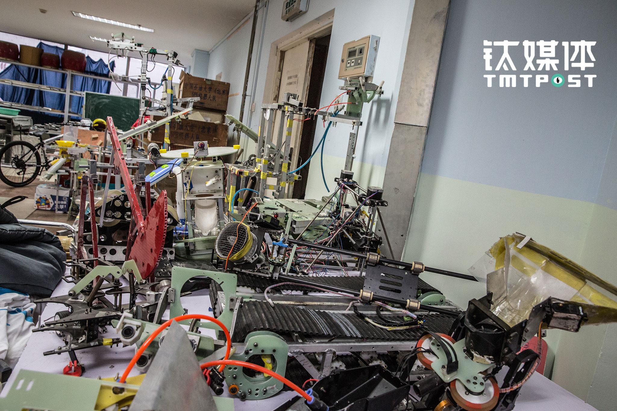 """每一次比赛,针对不同的主题和规则,都需要研发新的机器人和设备,由于经费有限,比赛完成后,这些机器人身上重要的部件会被拆下来重复利用,其他部件则处于""""闲置""""状态。"""
