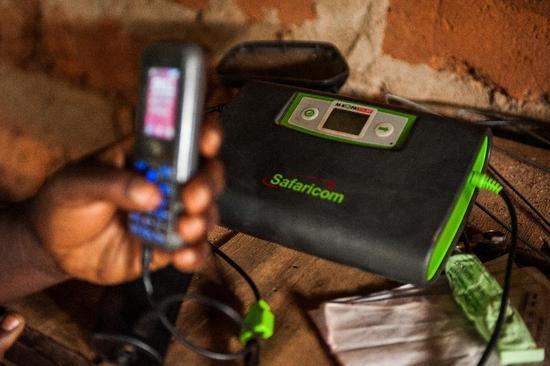 利用太阳能技术给手机充电