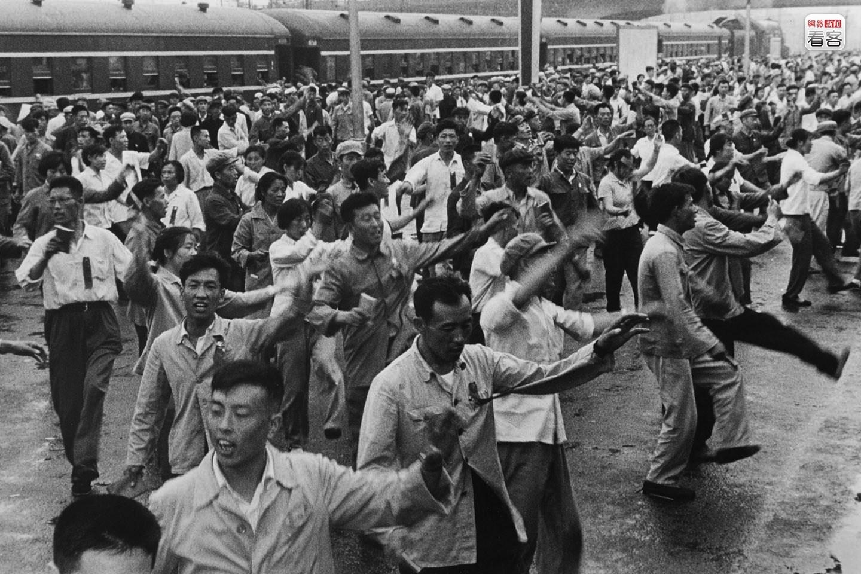 1967年5月,在沈阳开往大连的列车走到大石桥站时,毛主席最新最高指示发表,列车暂停,有人说要下车去跳忠字舞,全体旅客走上站台,跳忠字舞庆祝,导致列车晚点近4个小时 摄影/蒋少武 来源:网易