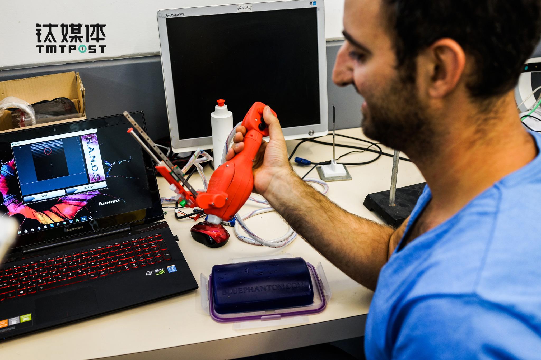 本古里安大学机器人实验室科研人员,展示静脉注射,精准医疗机器人成果。(图/朱玲玉)