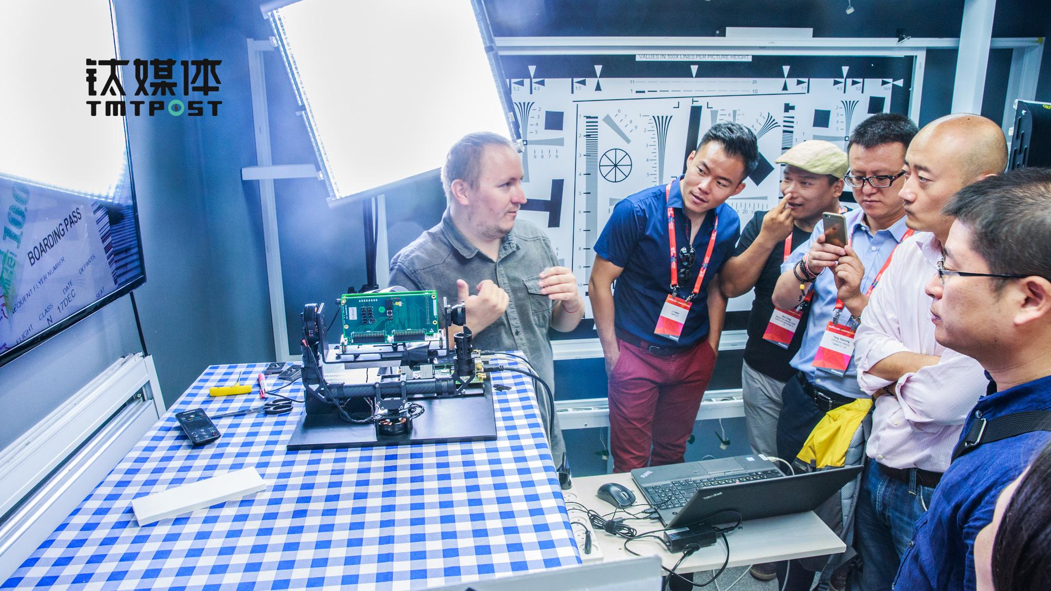 图为钛媒体考察团正在观摩双镜头技术的现场演示。(图/朱玲玉)