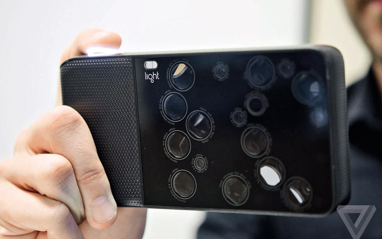 Light L16是一个基于安卓系统的独立的数码相机,带有3种不同焦距的16个摄像头,用来创建一个等效于28〜150mm变焦的相机。